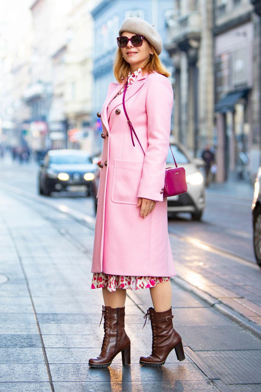 """Ona je pravo osvježenje na špici: Nijanse ružičaste pristaju joj savršeno, a čizmama je """"razbila"""" eleganciju"""