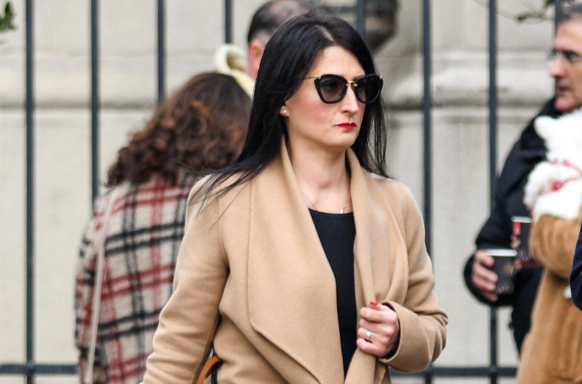 Atraktivna crnka jednim je detaljem osvježila cijeli outfit, a kaput poput njezinog odlična je investicija