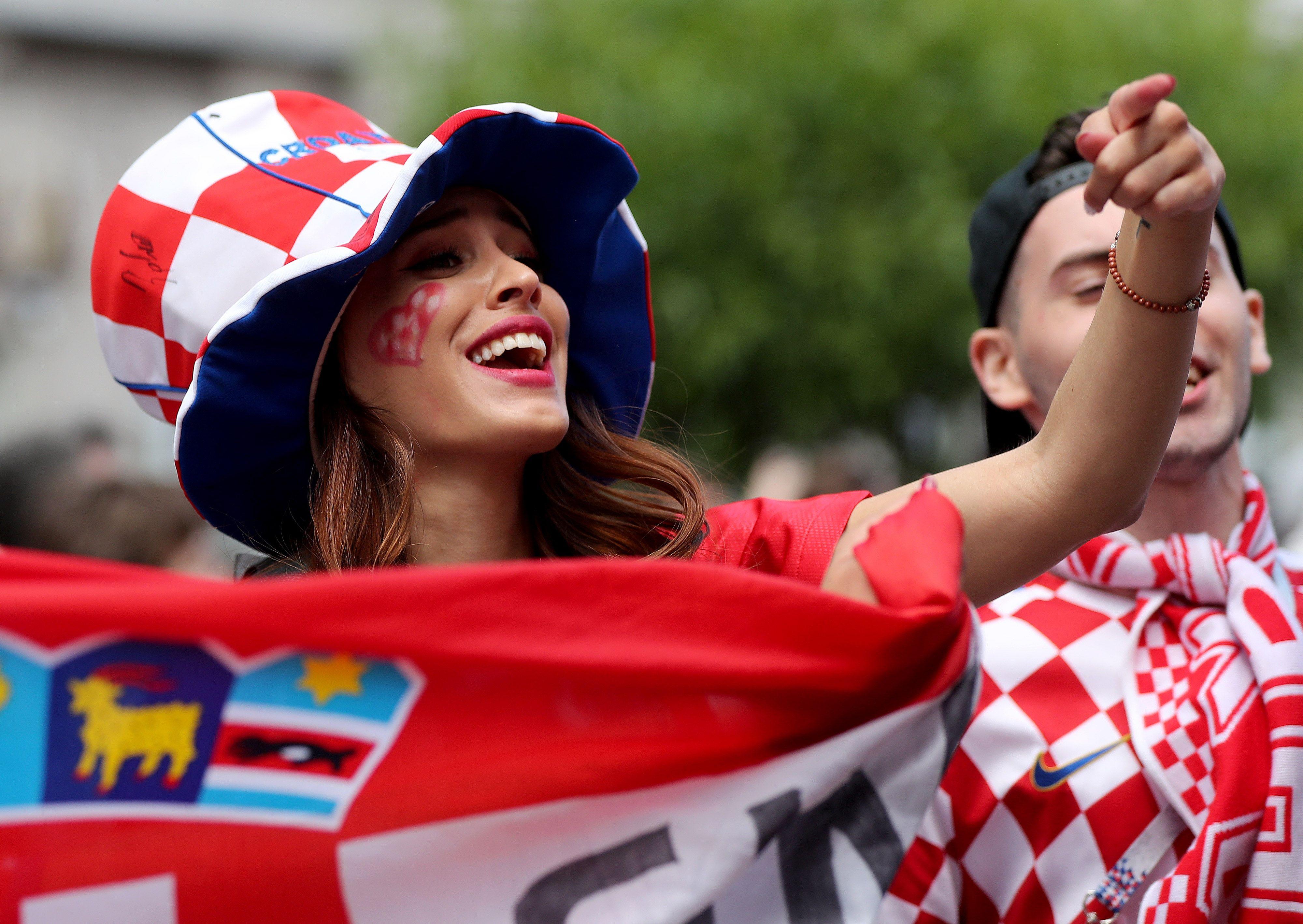Svi su se fotkali s njom: Atraktivna navijačica užarila atmosferu na ruskim ulicama uoči utakmice