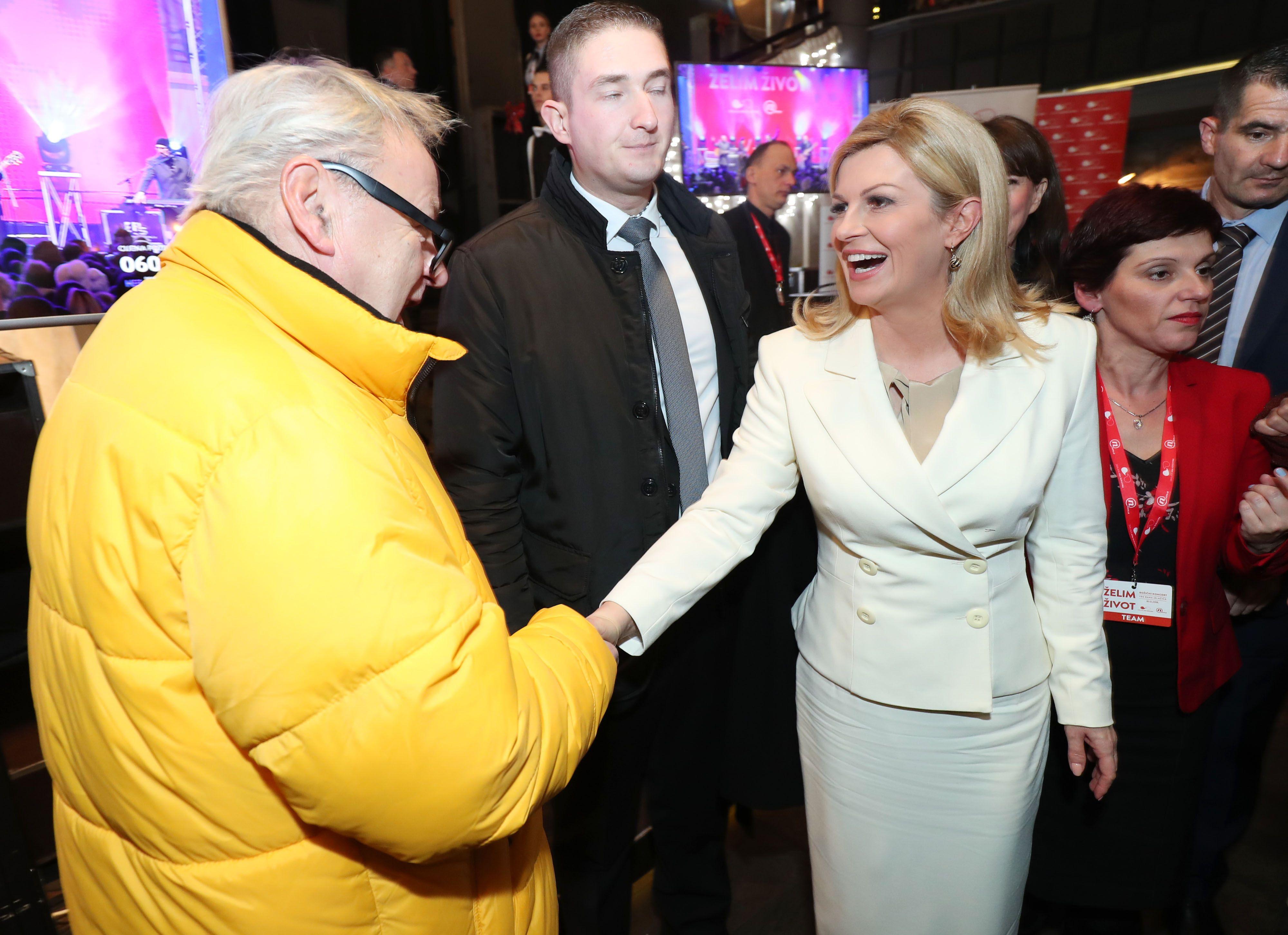 Netipično zimsko izdanje Kolinde Grabar Kitarović: Predsjednica nosi bijelo od glave do pete s domaćim potpisom