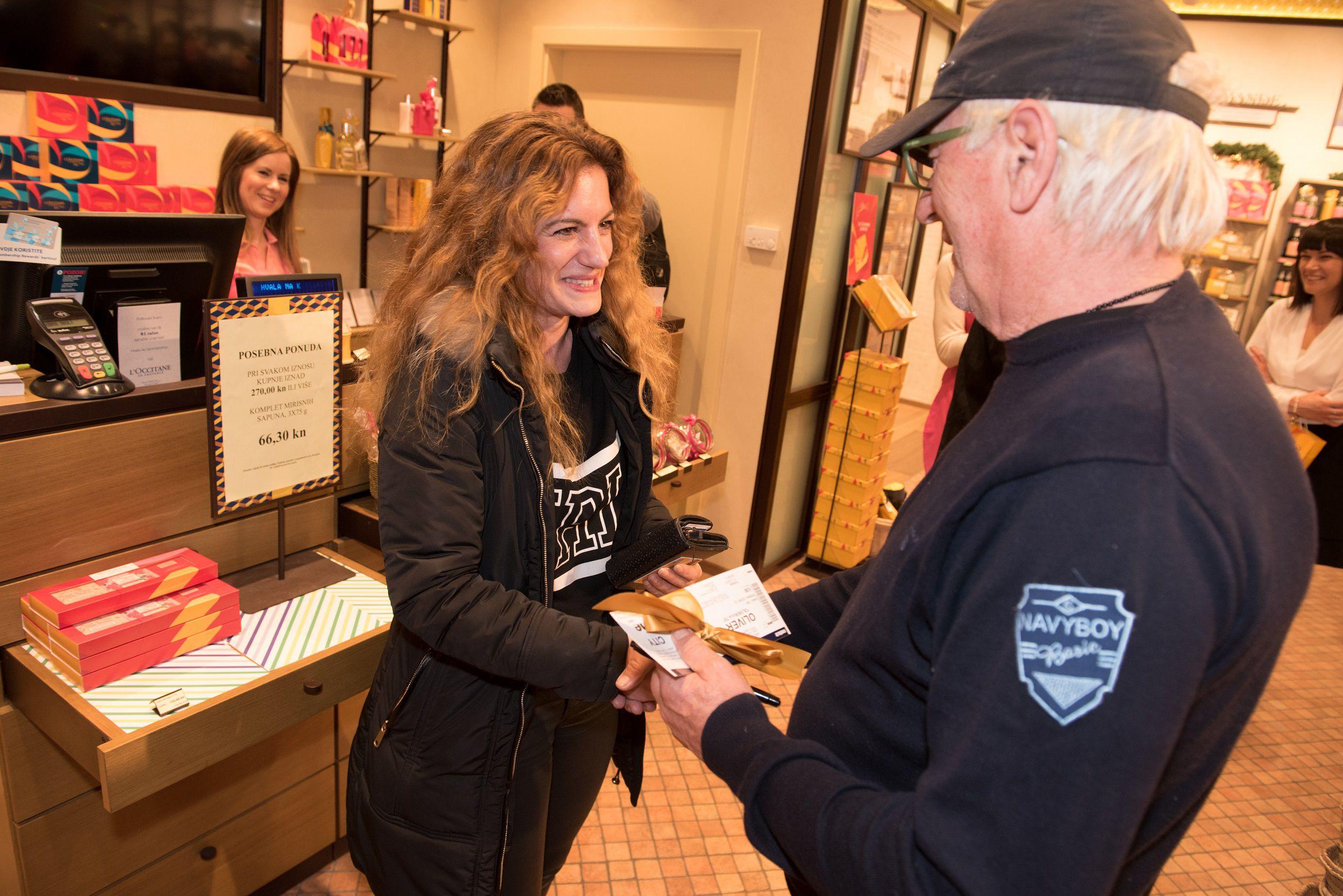 Oliver Dragojević poklonio shopping i ulaznice za koncert