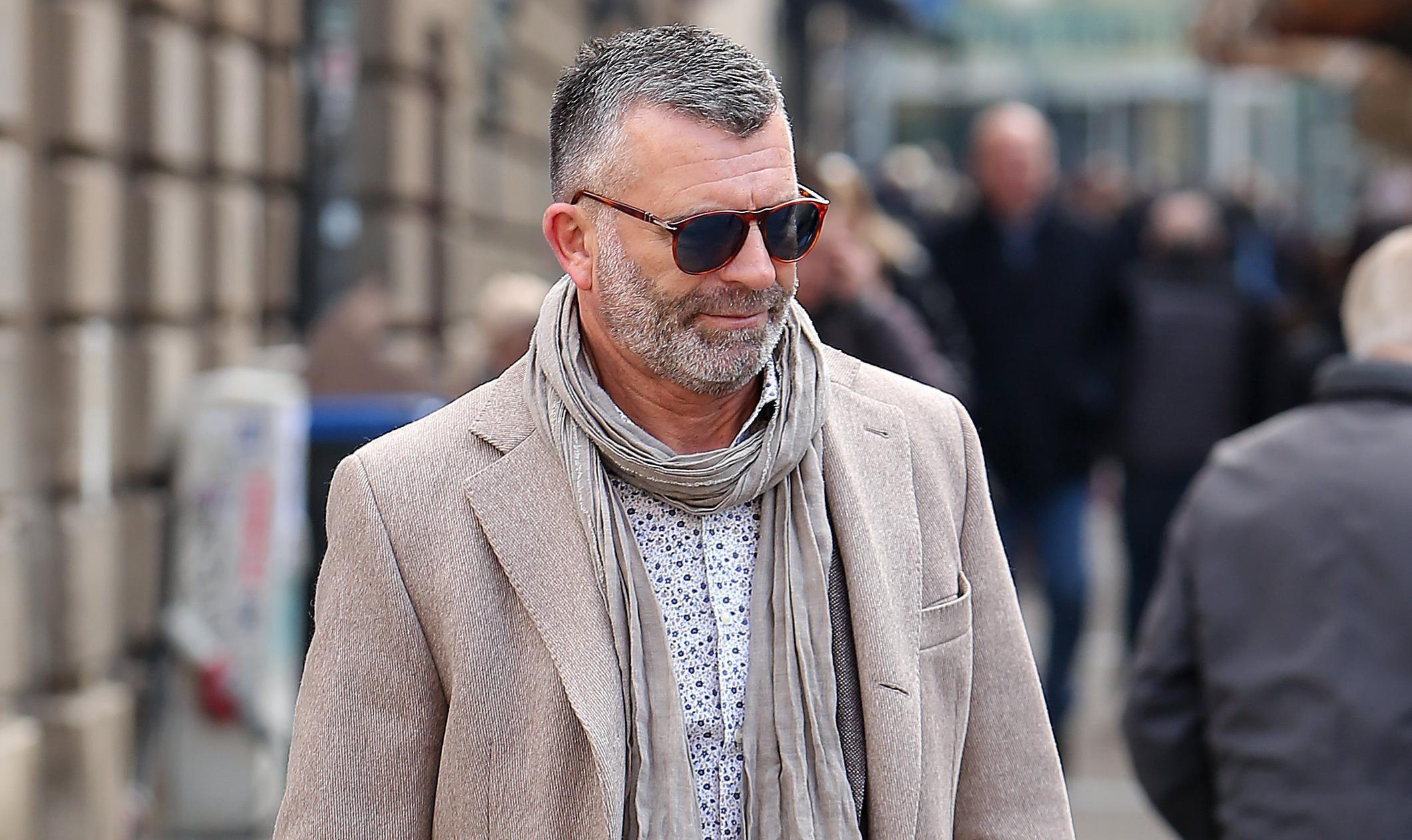 Košulja s uzorkom, šal, cool naočale... Gospodin sa špice zna kako biti stylish u par poteza!
