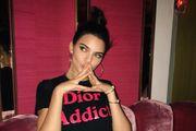 Pokazala grudi i prošetala omraženu torbicu - to može samo Kendall Jenner