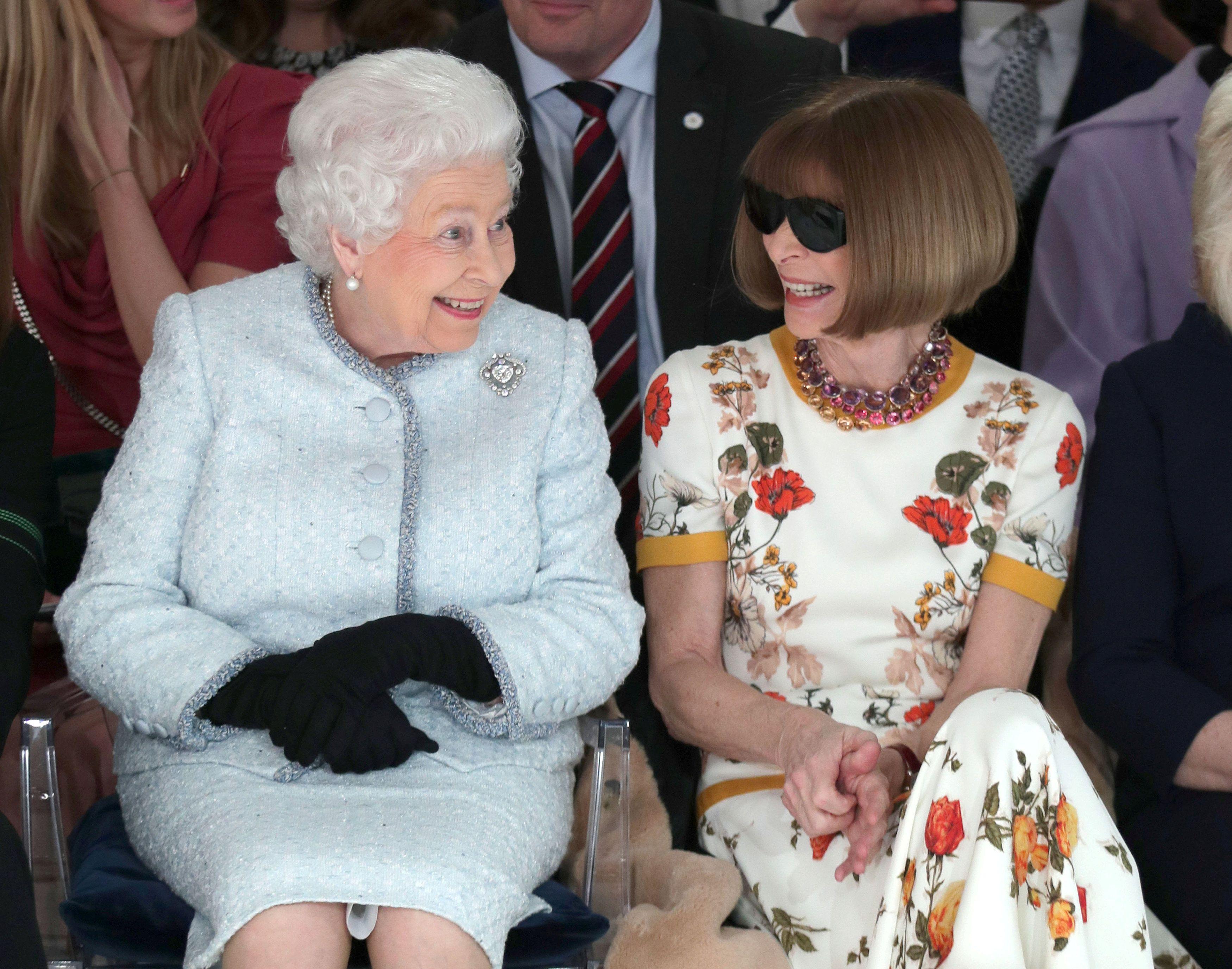 Kraljica Elizabeta II u prvom redu na modnoj reviji - pokušaj spašavanja Londonskog tjedna mode?