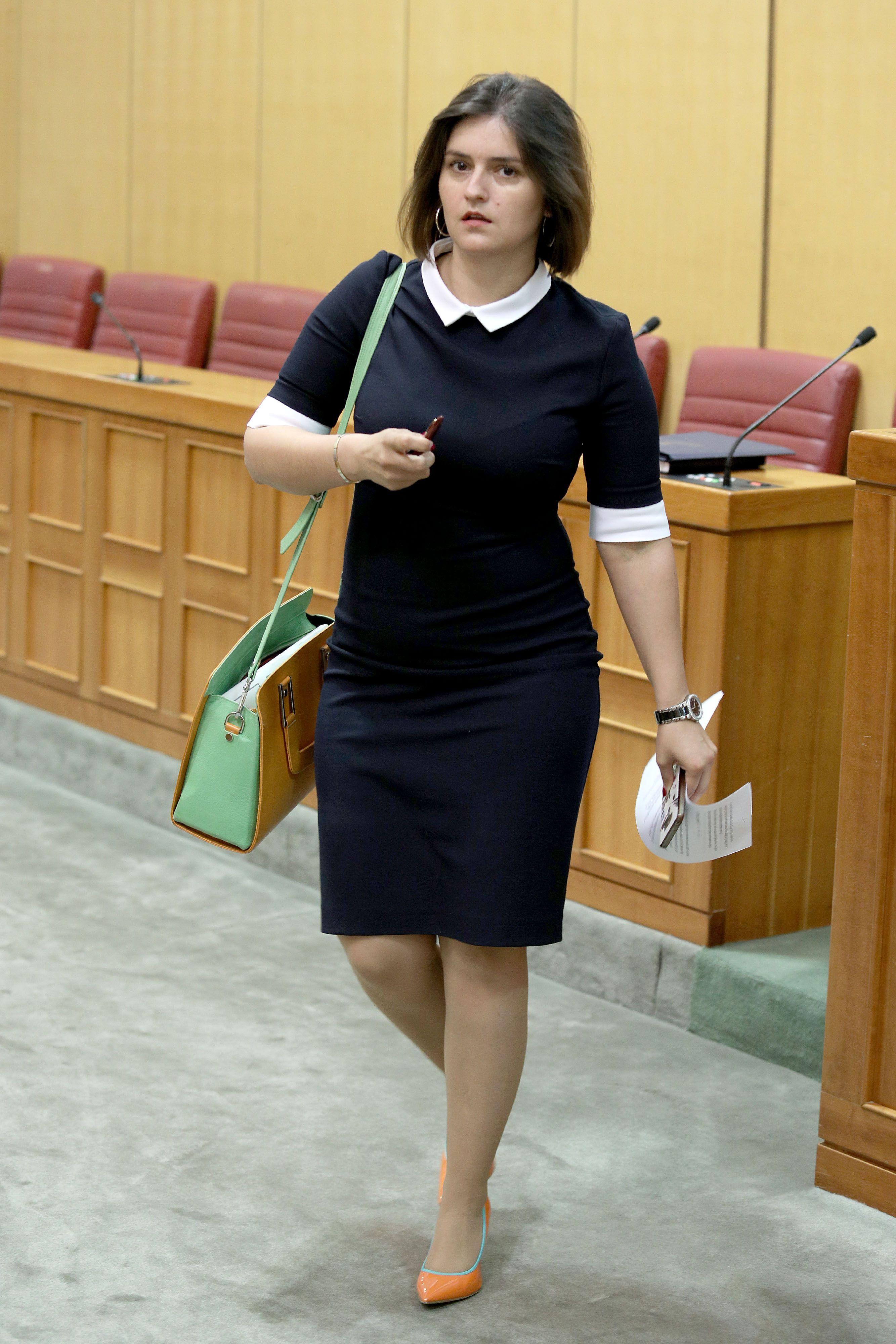 Kakav matchy-matchy moment! Pogledajte kako je saborska zastupnica uskladila neobične cipele i torbu