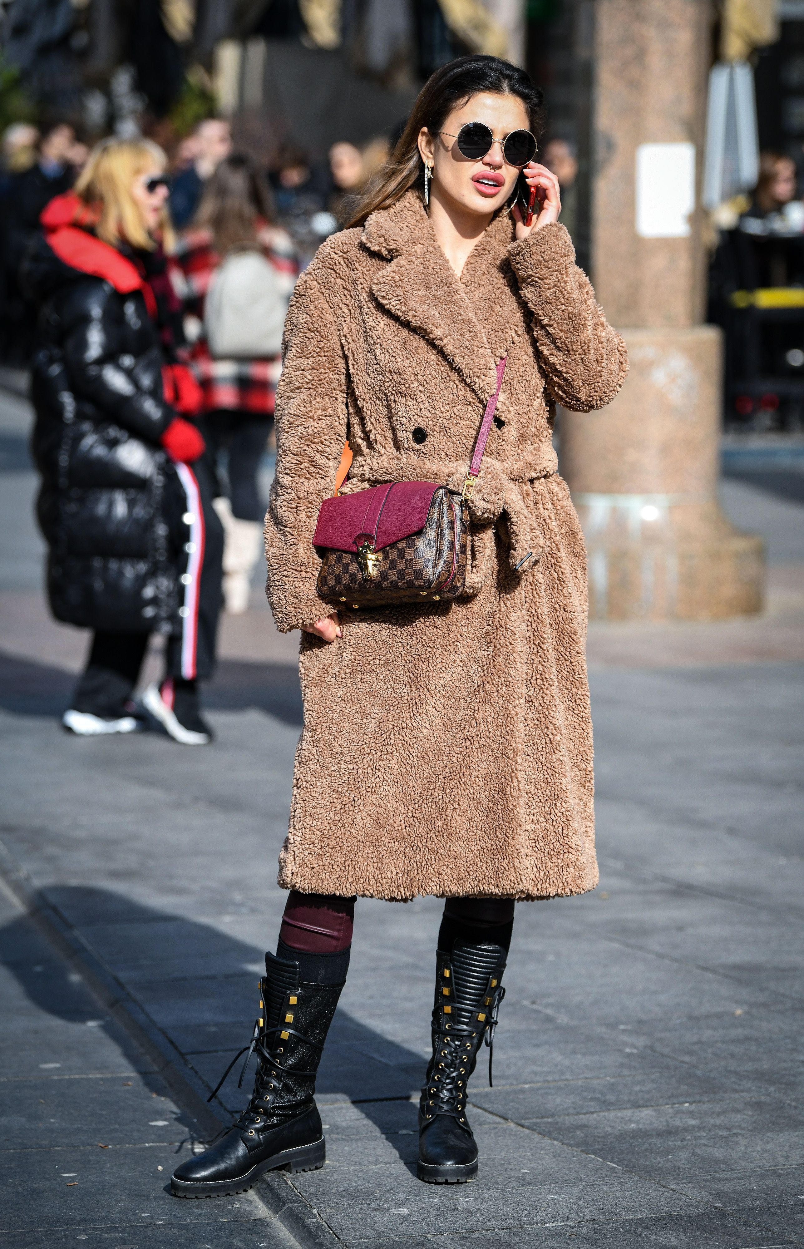 Najpopularniji kaput sezone i dizajnerska torbica... Ova atraktivna brineta ima formulu za stylish zimu!