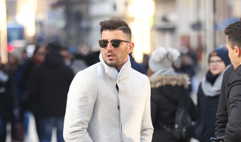 Kaput i tenisice su odlična kombinacija koju ovaj frajer savršeno nosi