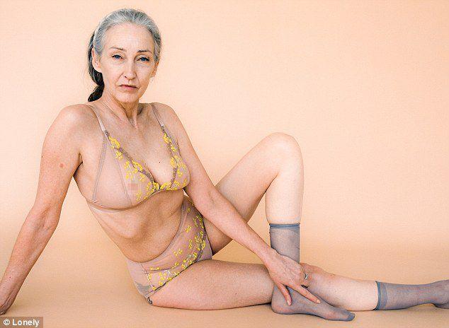 Bezvremenska ljepota: 58-godišnja manekenka pozirala u kolekciji prozirnog donjeg rublja