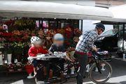 Najslađi prizor sa zagrebačke špice: Tata razveselio kćeri na biciklu buketima cvijeća