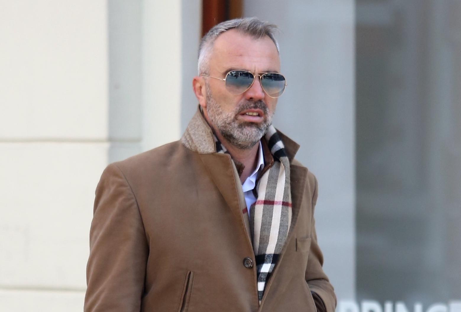 Ovaj muškarac nosi traperice oko kojih se vode vječne polemike - kako mu stoje?