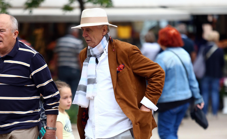 Gospodin koji nas je oduševio stilom: Cool šešir, šal i kaubojke su za pet!