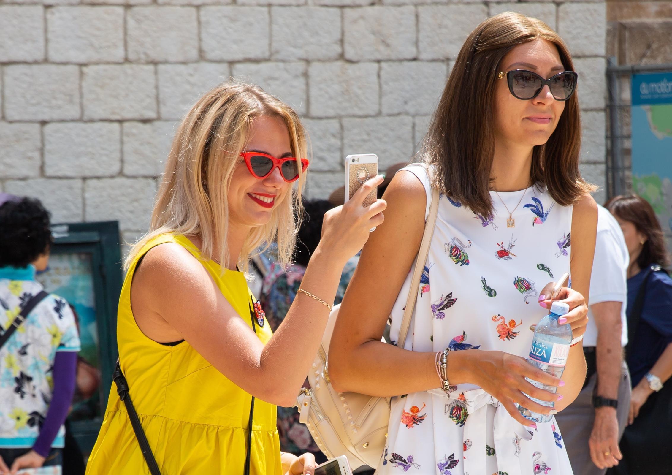Mini haljina i divni osmijesi: Dame iz Dubrovnika znaju što je must have za šetnju Stradunom