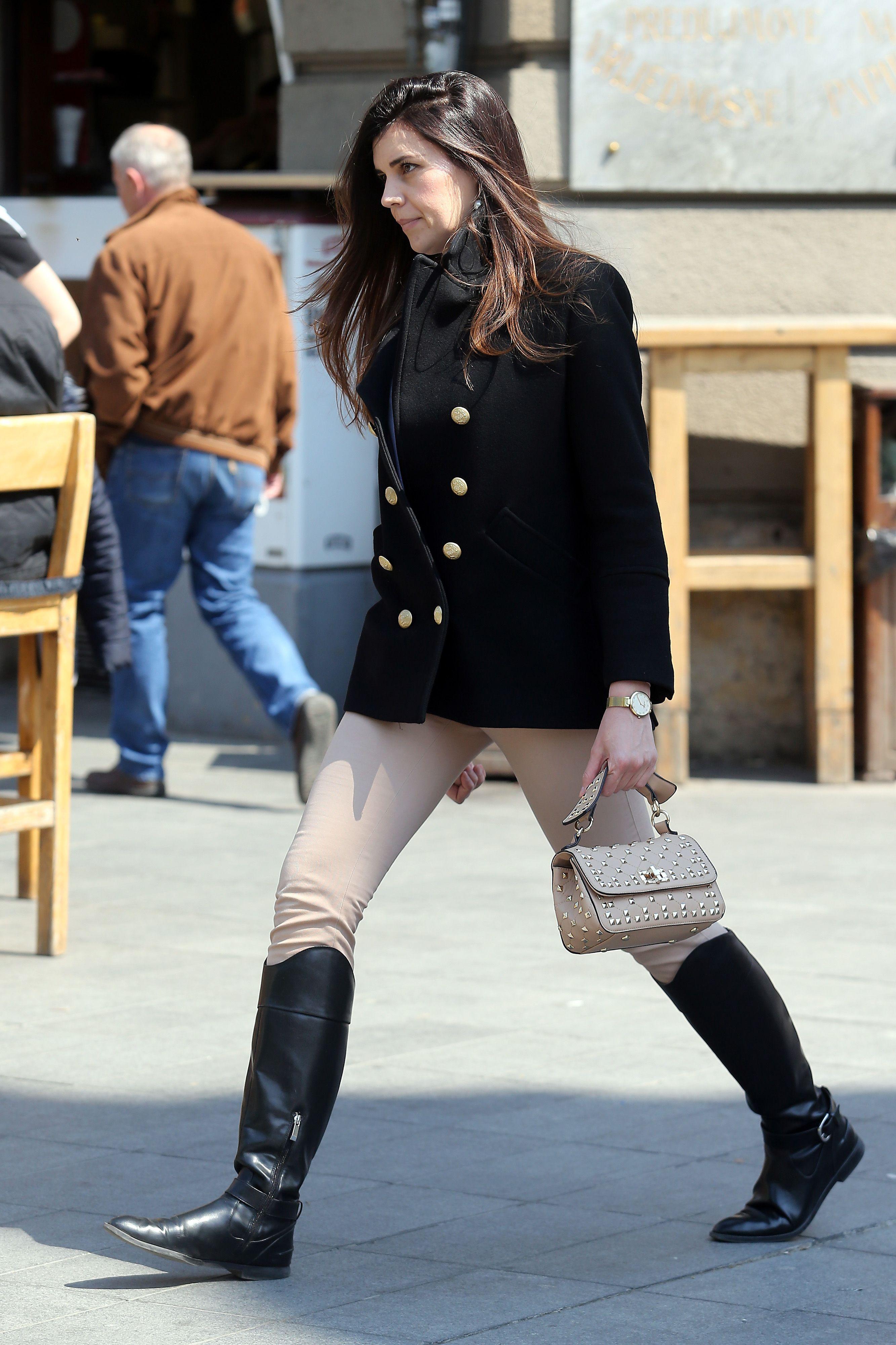 Odličan styling lijepe brinete: Sako i visoke čizme kao formula dobrog stila