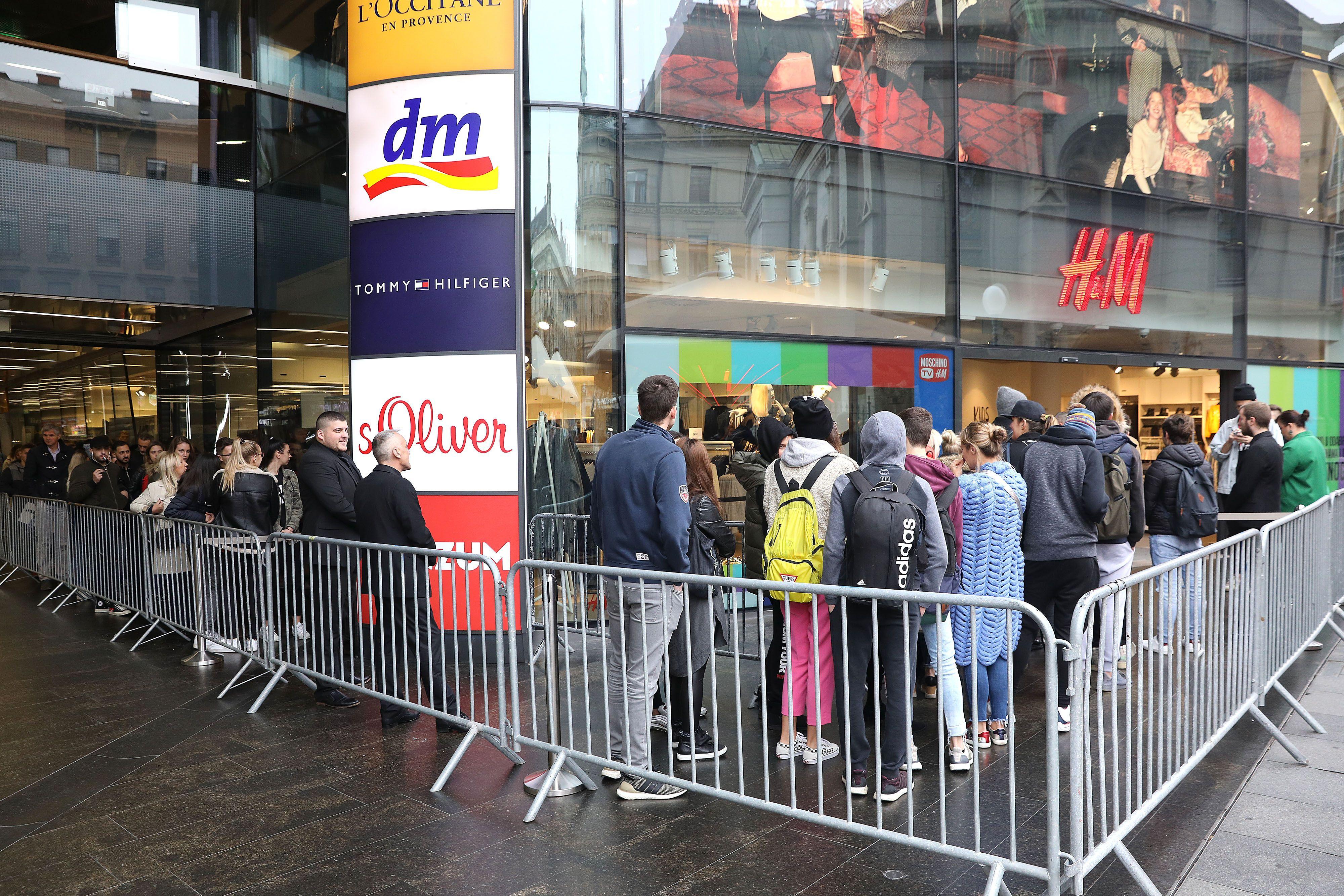 Ludnica od ranog jutra u centru Zagreba: Ljudi čekali ispred H&M-a u redovima jer je došla nova dizajnerska kolekcija