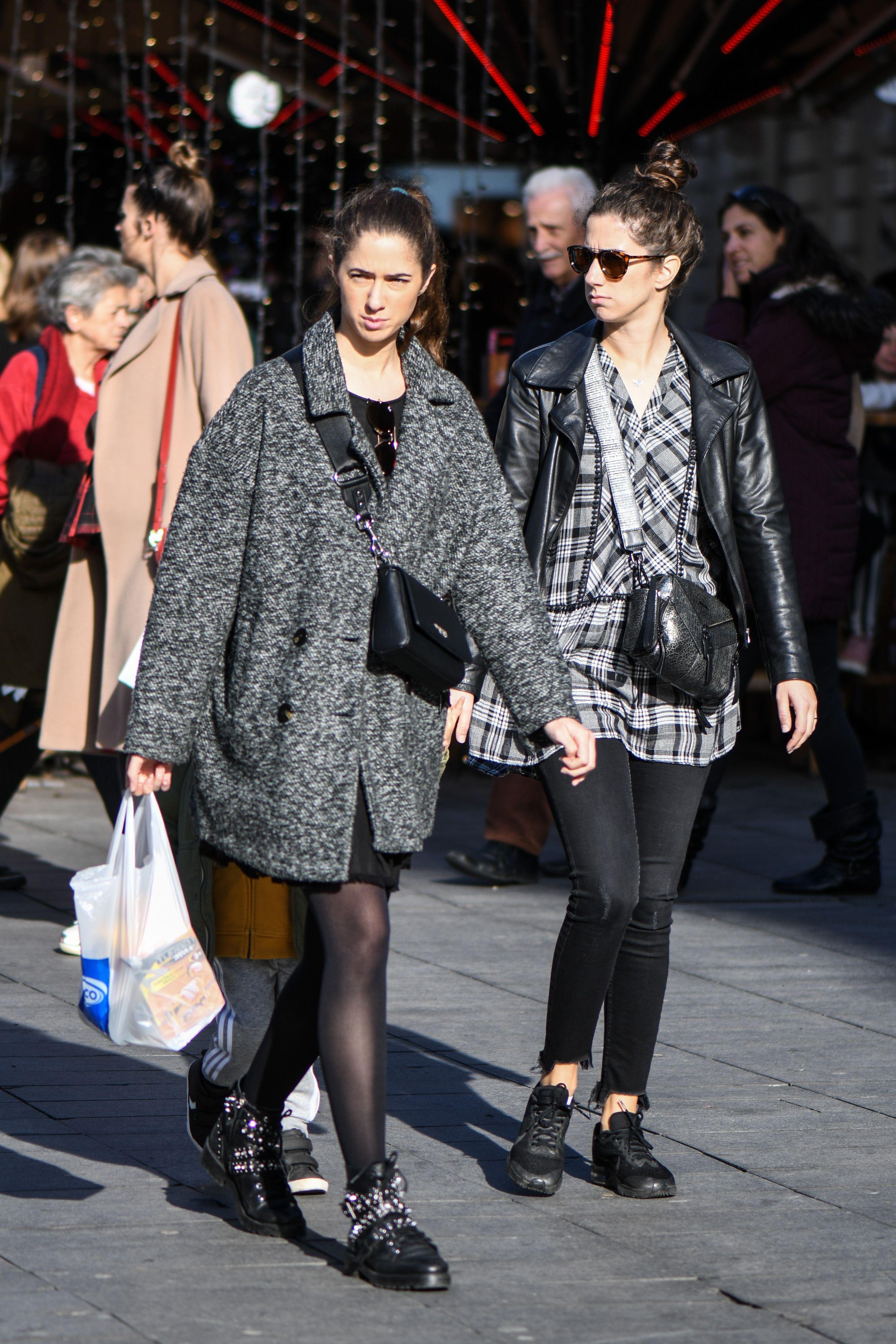 Modno usklađene prijateljice: Cure su pokazale kako sivo-crna kombinacija izgleda fantastično u svakom outfitu