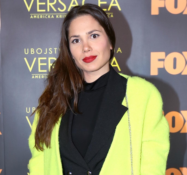 Naša prekrasna glumica nosi kaput koji razbija zimsko sivilo