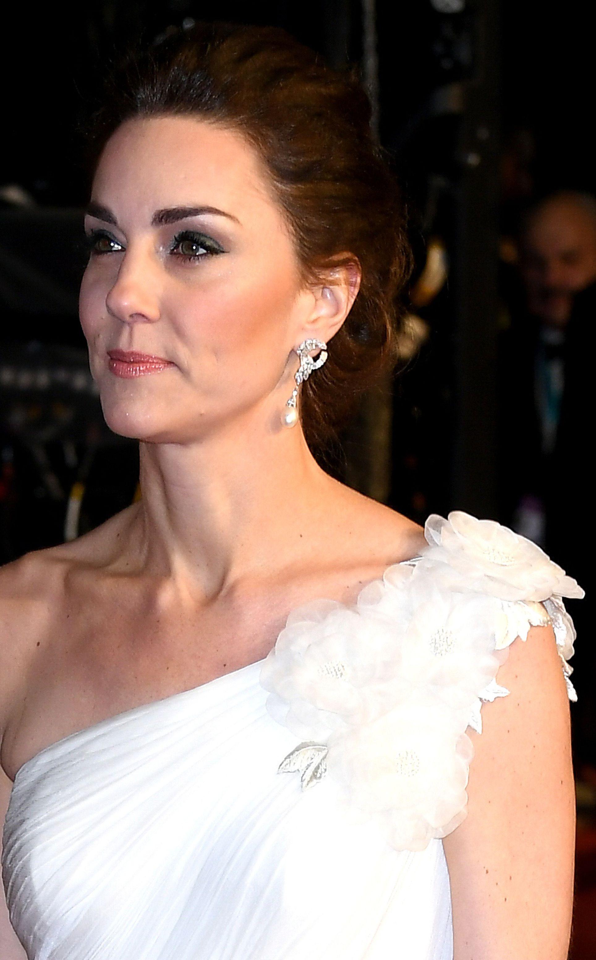 Kate Middleton zablistala u lepršavoj bijeloj haljini, no svi pričaju o njezinim naušnicama!