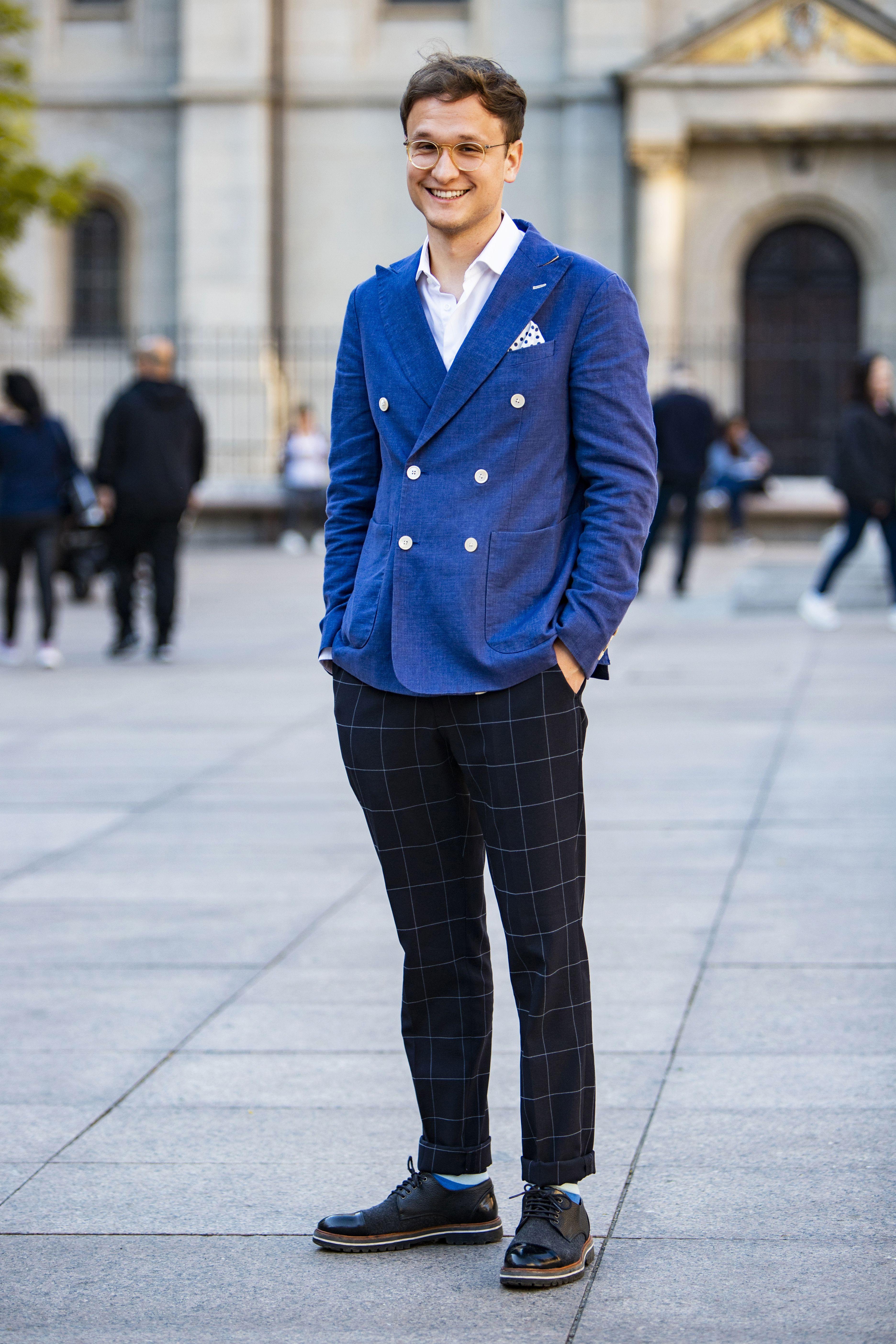 Ovaj cool mladić u plavom svojim se izdanjem baš istaknuo na špici!