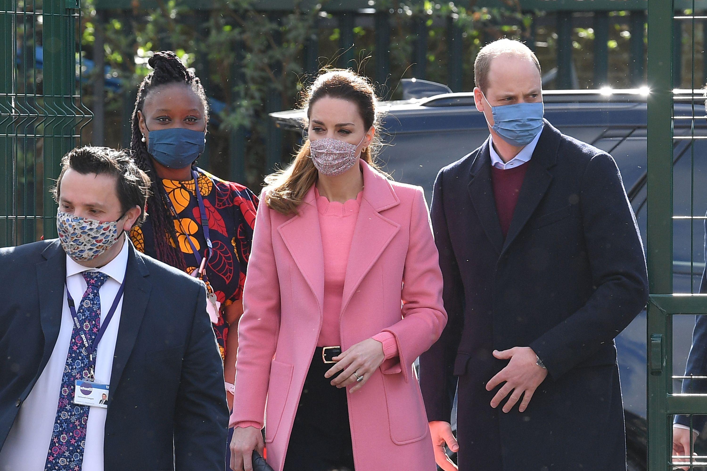 Ružičasto joj pristaje izvrsno: Kate odabrala efektan kaput i klasične hlače pomalo omraženog kroja