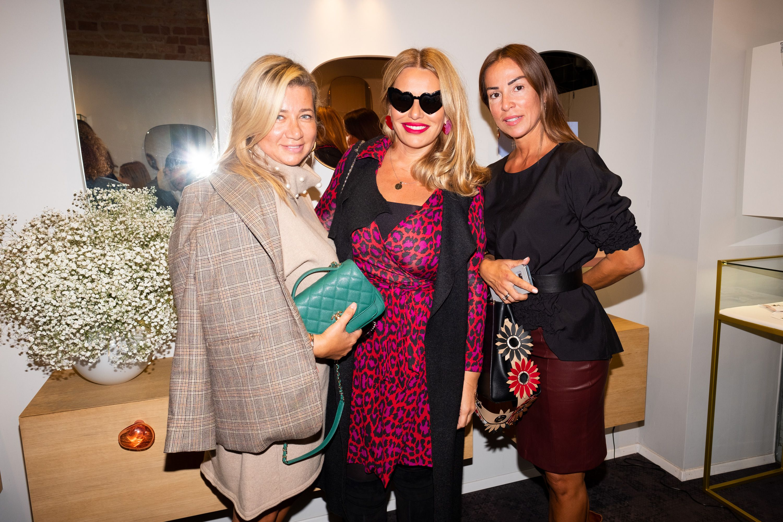 Iva Todorić: S prijateljicama uživala na eventu, a odabrala haljinu leopard uzorka i neobične naočale