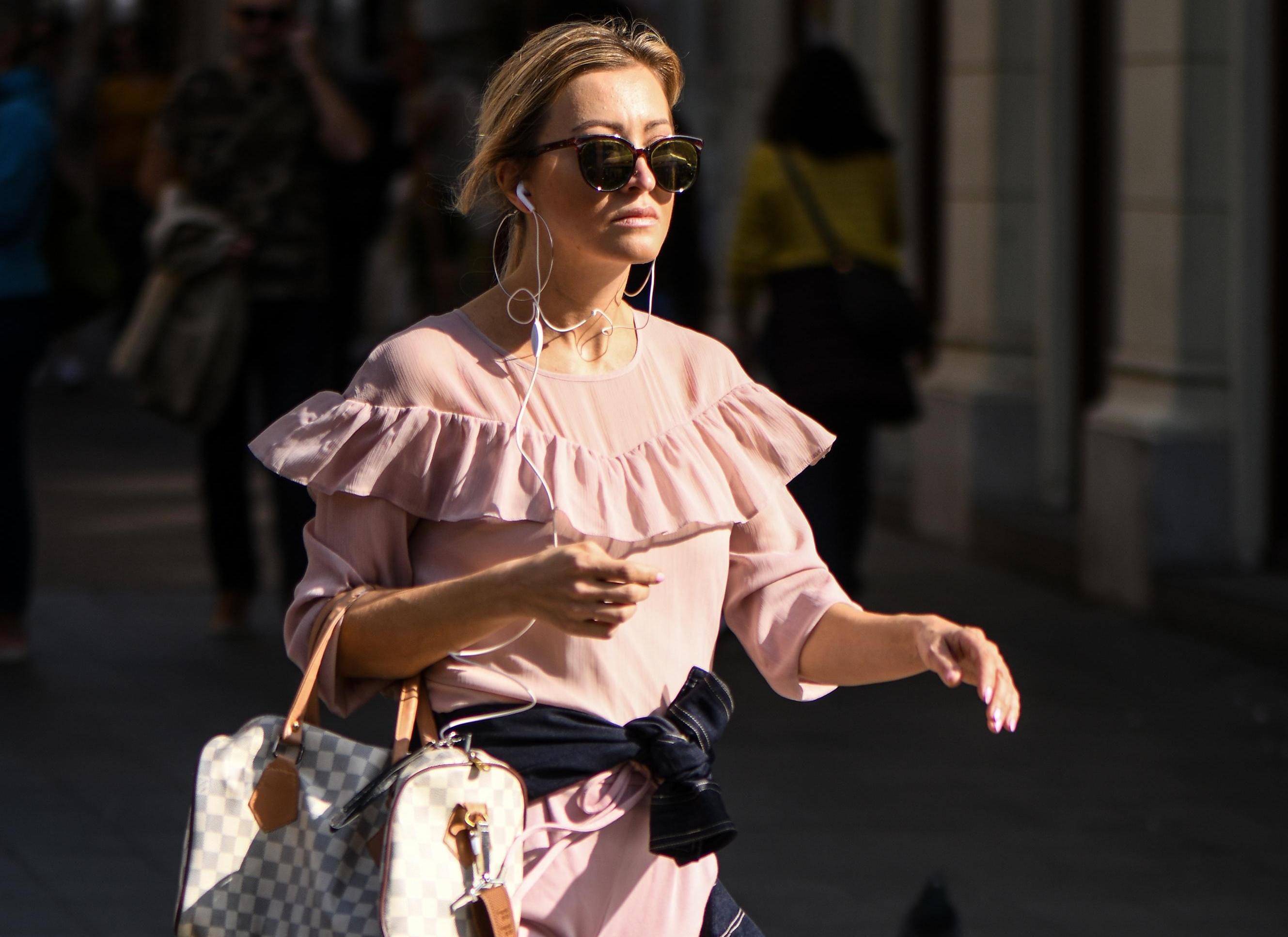 Ova 'plavuša s Harvarda' prošetala je centrom u ružičastom od glave do pete
