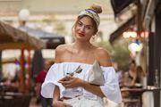 Lijepa ekonomistica nosi popularni ljetni modni dodatak i hit natikače za kojima trendseterice luduju