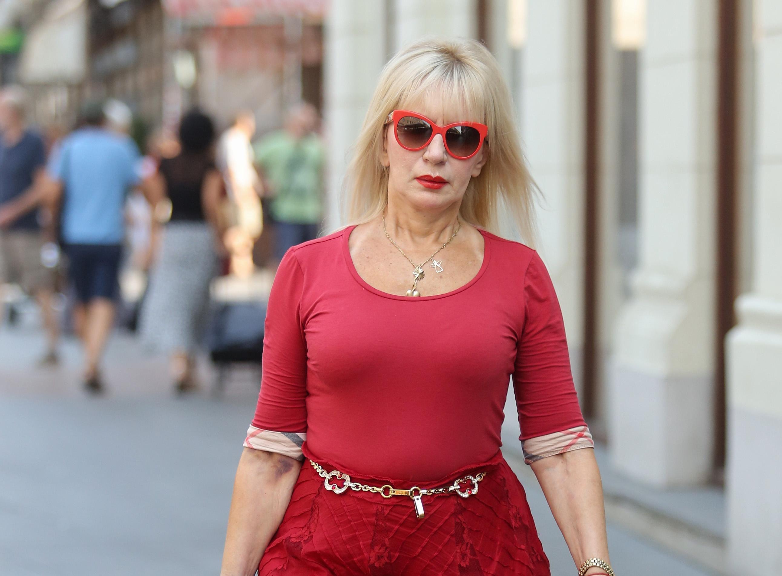 Ova dama u crvenom od glave do pete pokazala što znači biti posebna