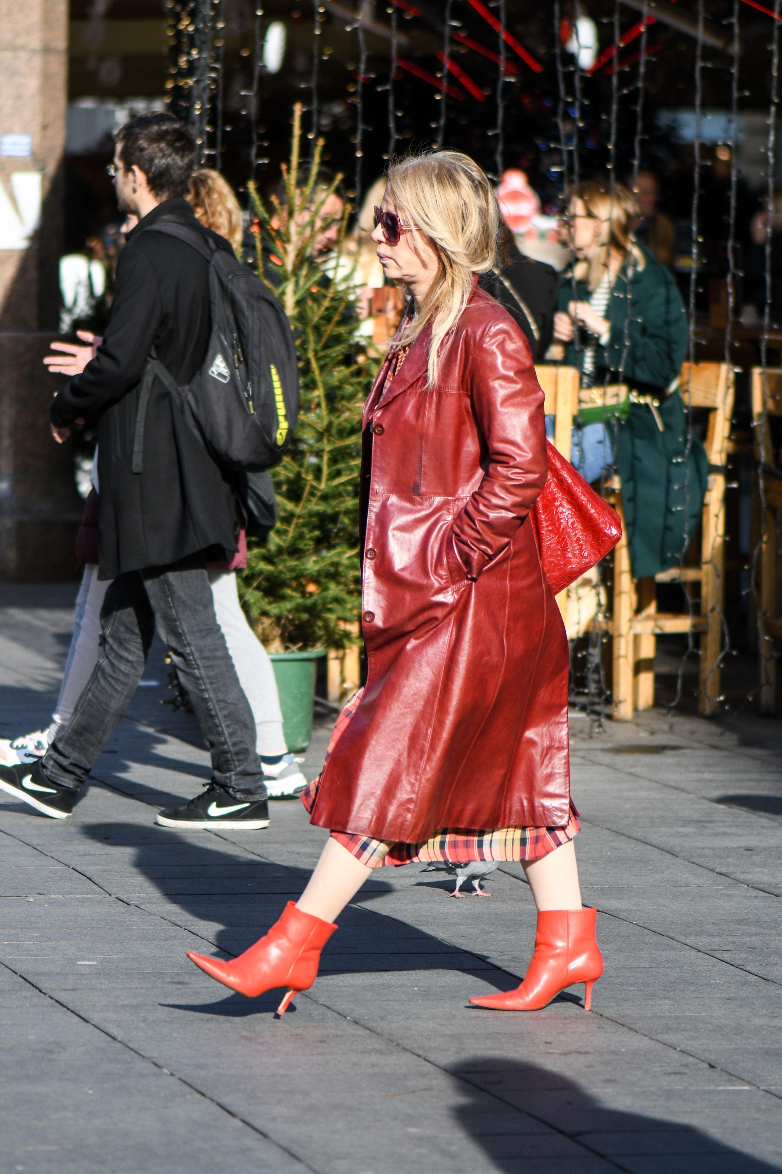 Sve nijanse crvene! Dama iz centra svojim je efektnim outfitom održala pravu modnu lekciju