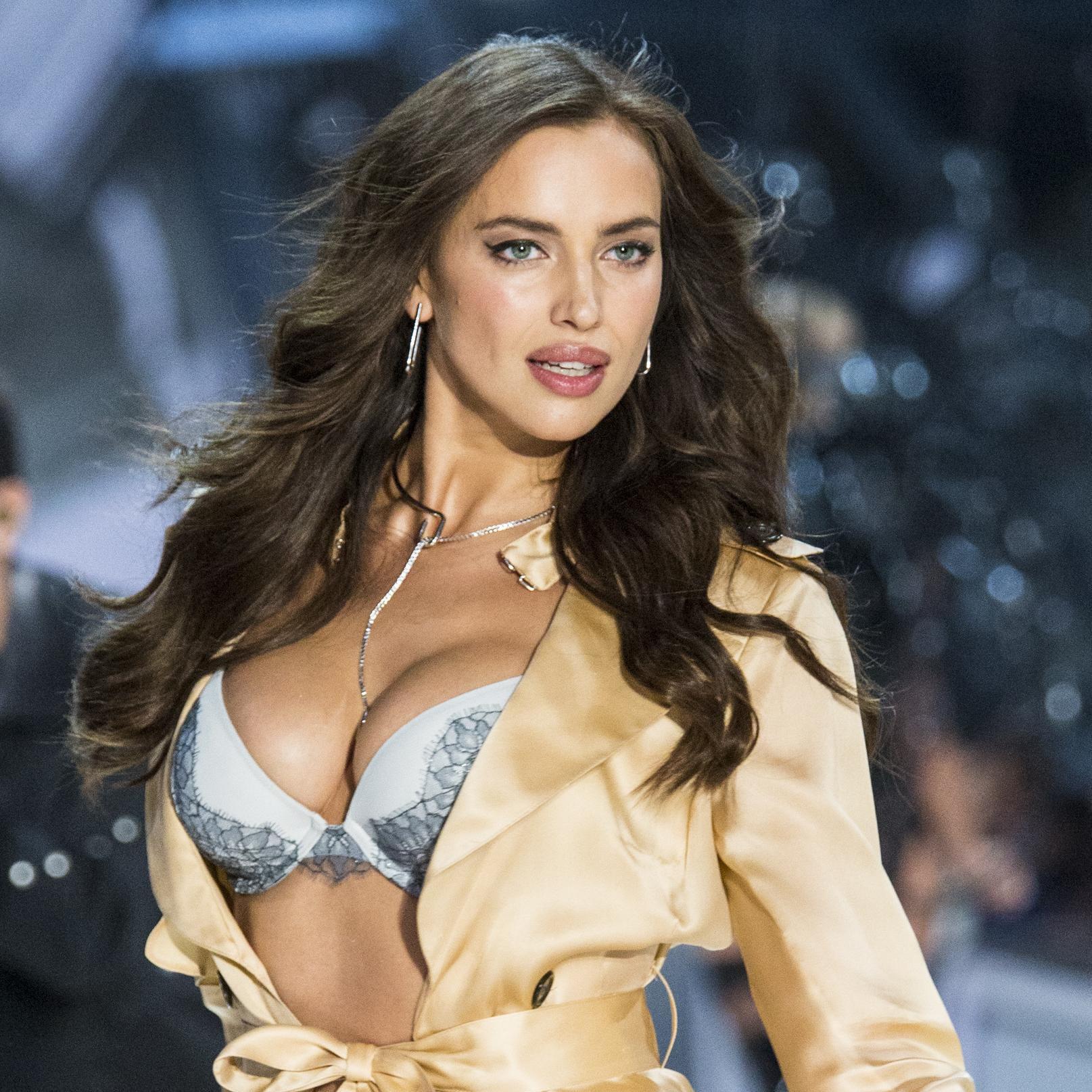 Ona to može: Irina Shayk prošetala u pidžami zavodljivog dekoltea