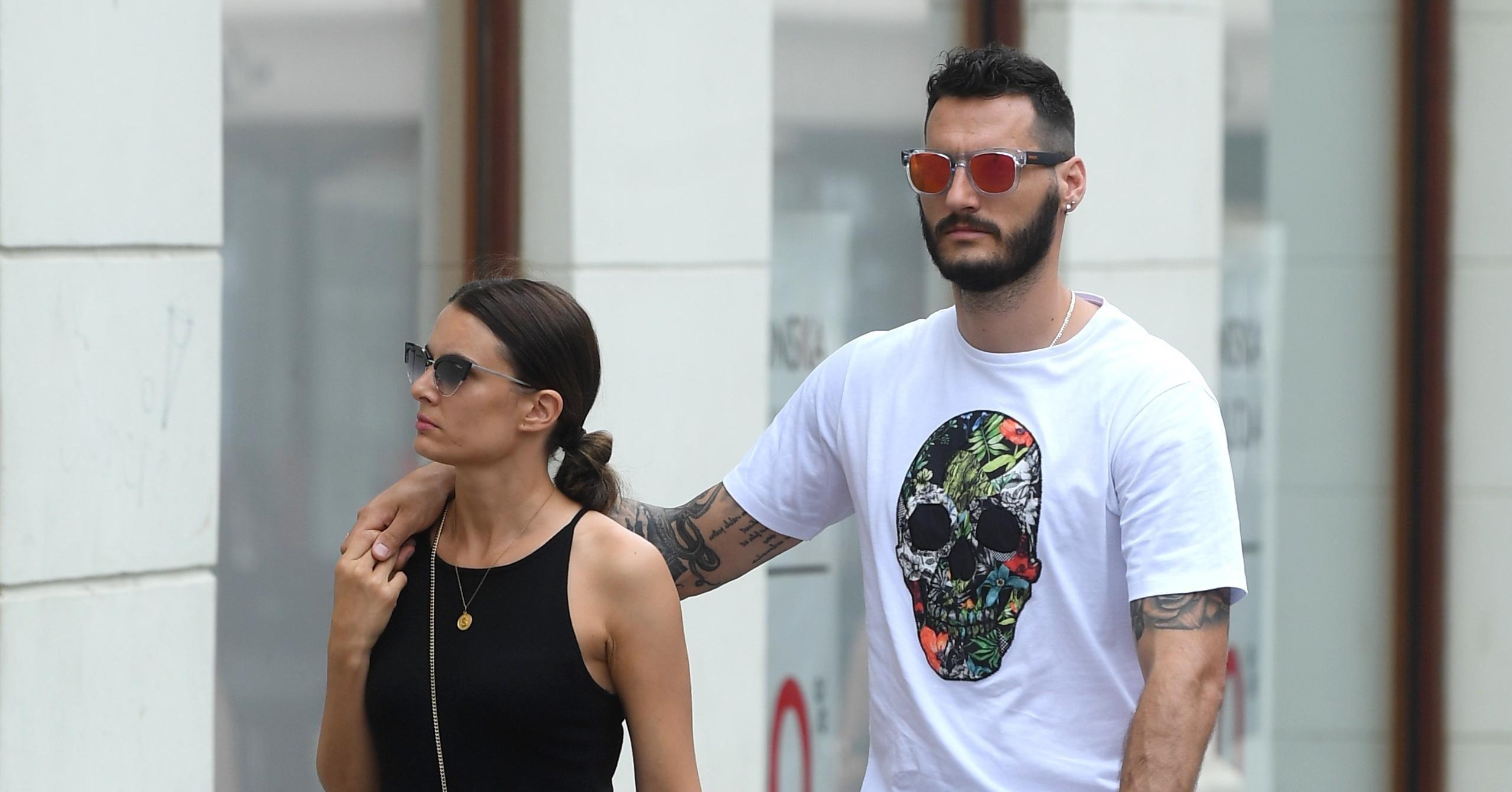 Kakav cool par: Ona s hit torbicom i čizmicama, a on u dobrom casual izdanju!