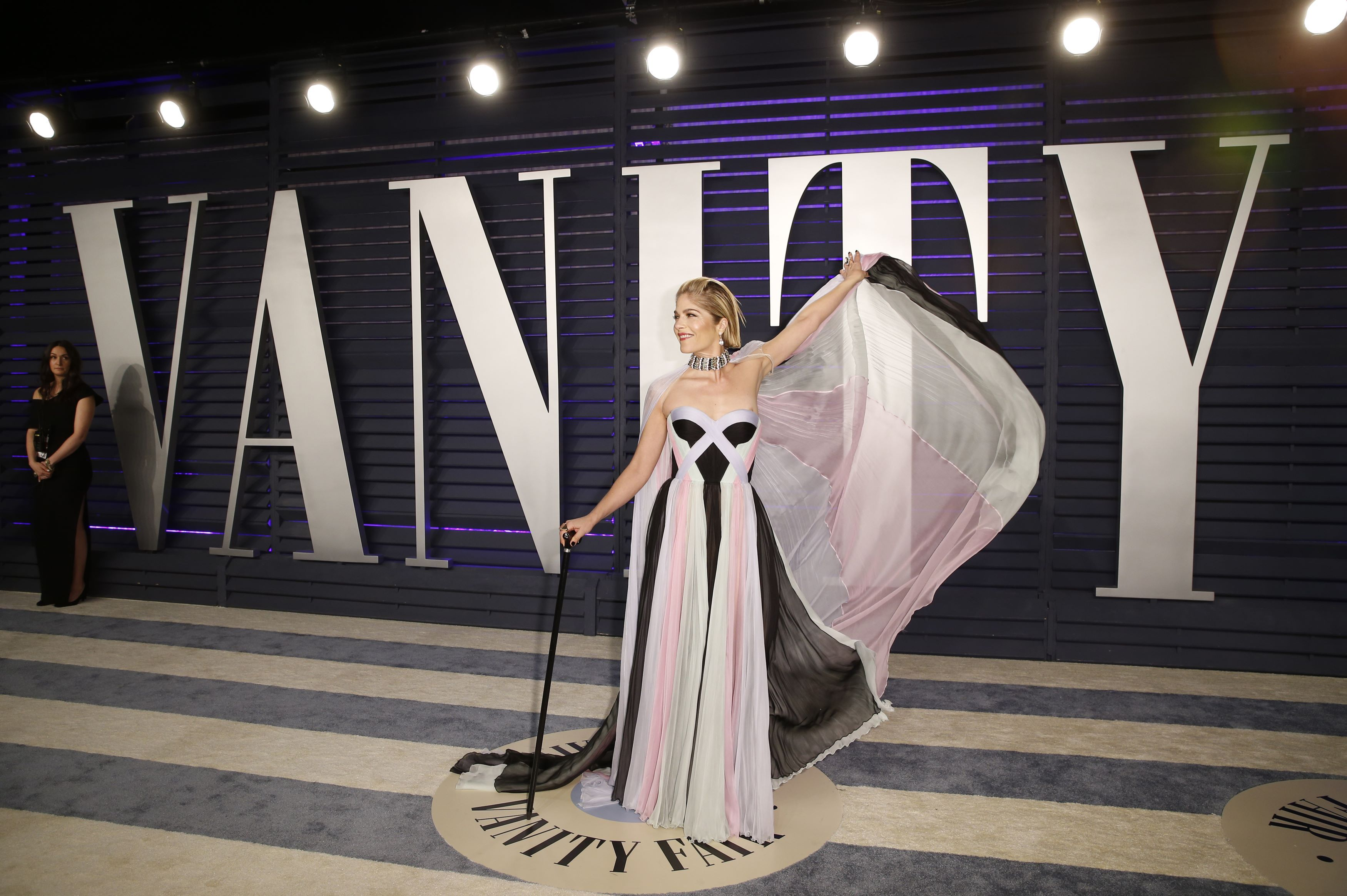 Glumica Selma Blair na Vanity Fair tulum došla sa štapom i pokazala kakav je borac!