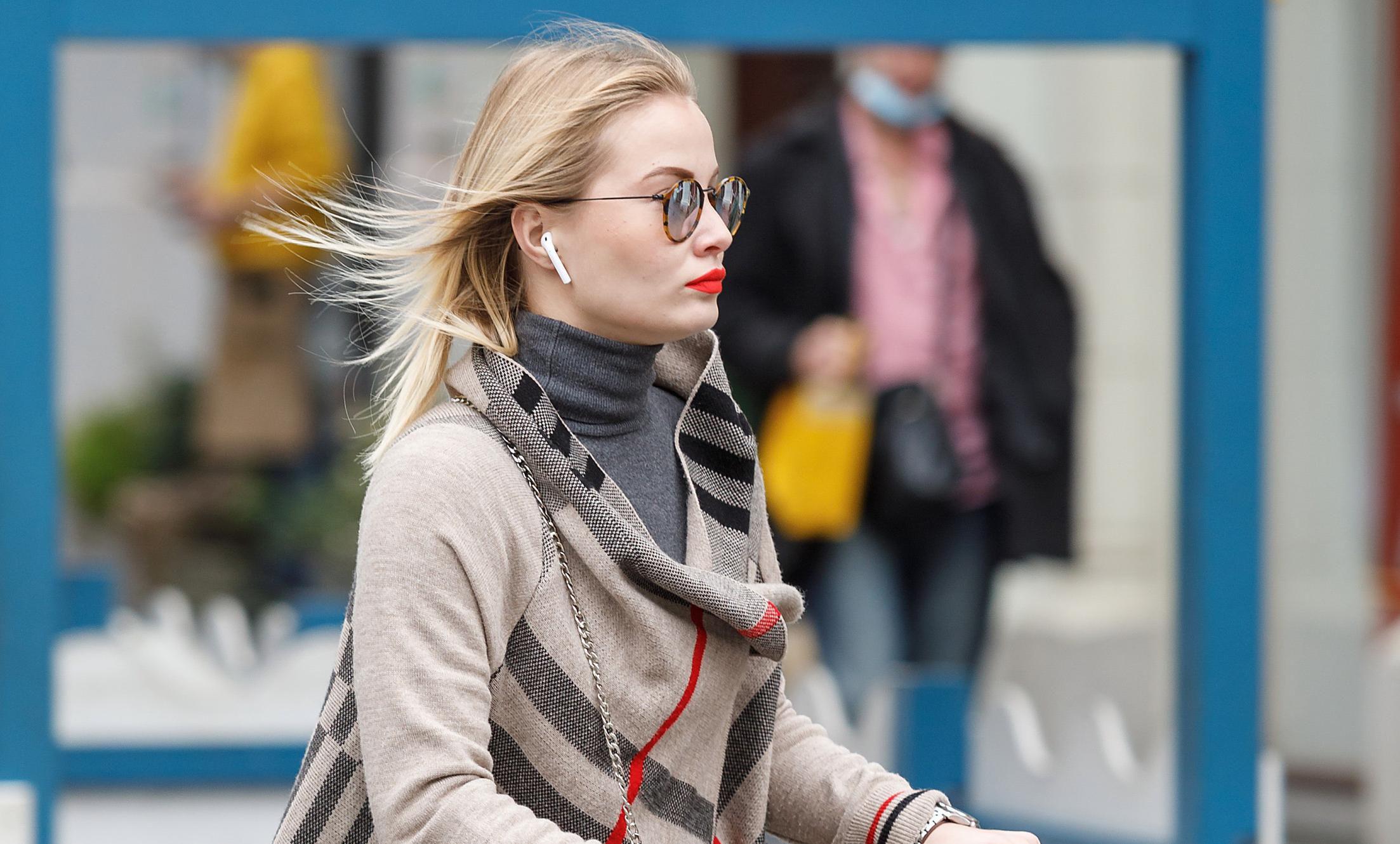 Ljepotica na romobilu nosi omražen model čizama koji će, ako je suditi prema gradskim ulicama, i ove zime biti veliki hit