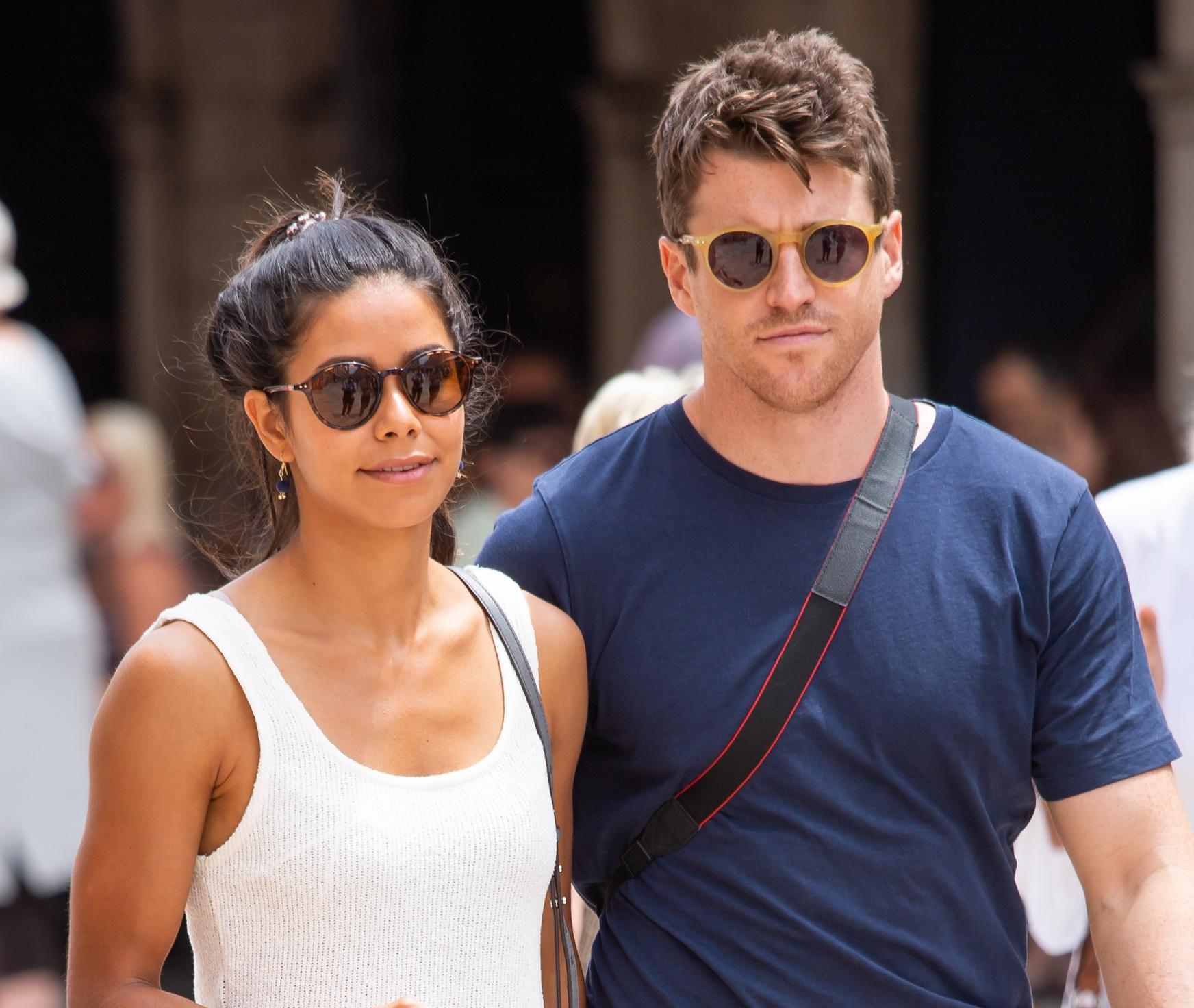Dubrovnikom prošetao cool par, a svi su gledali njezine fantastične noge u vrućim hlačicama