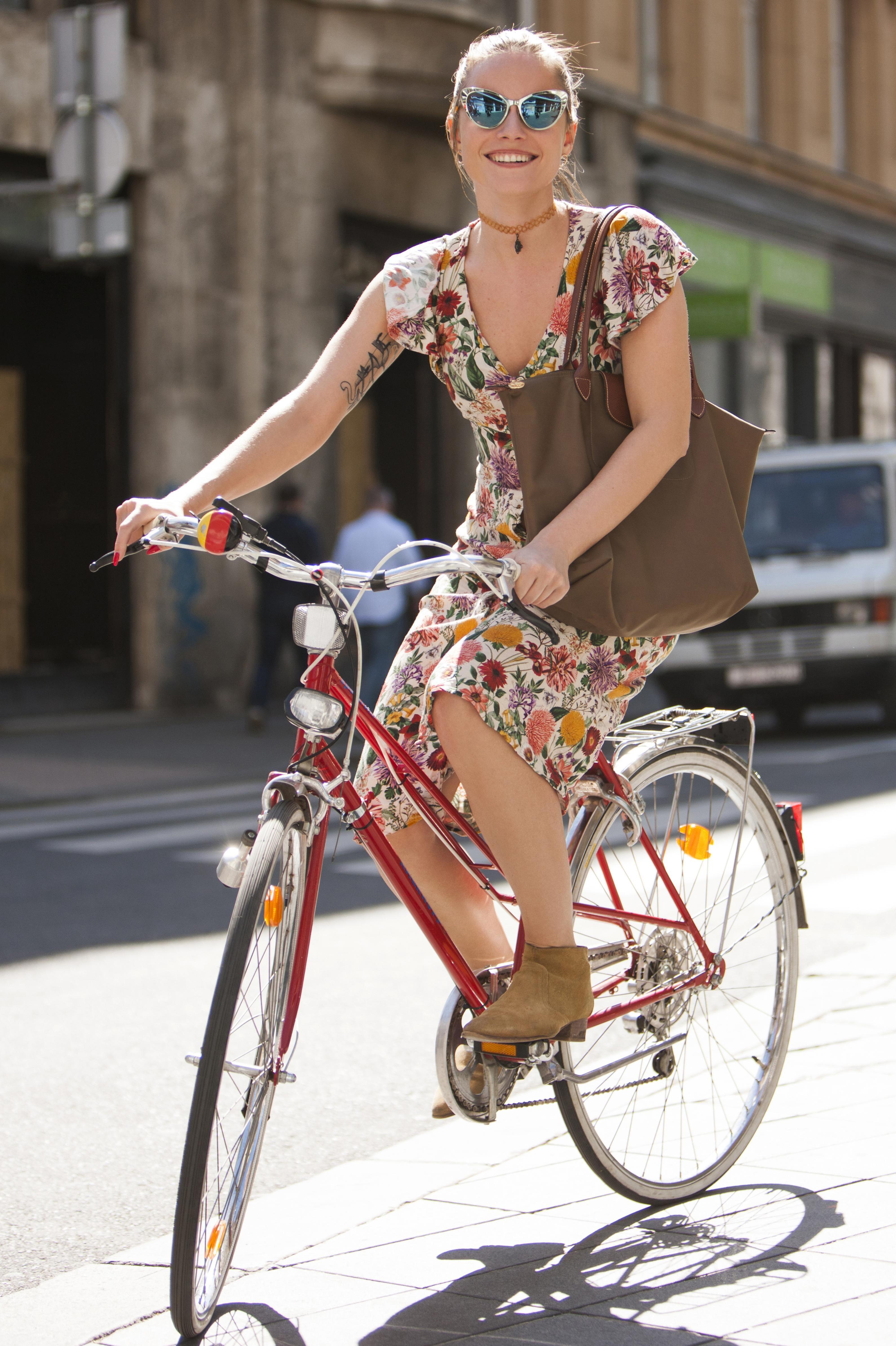 Dama na biciklu: Nina Mia Čikeš u cvjetnoj haljini i gležnjačama izgleda fantastično