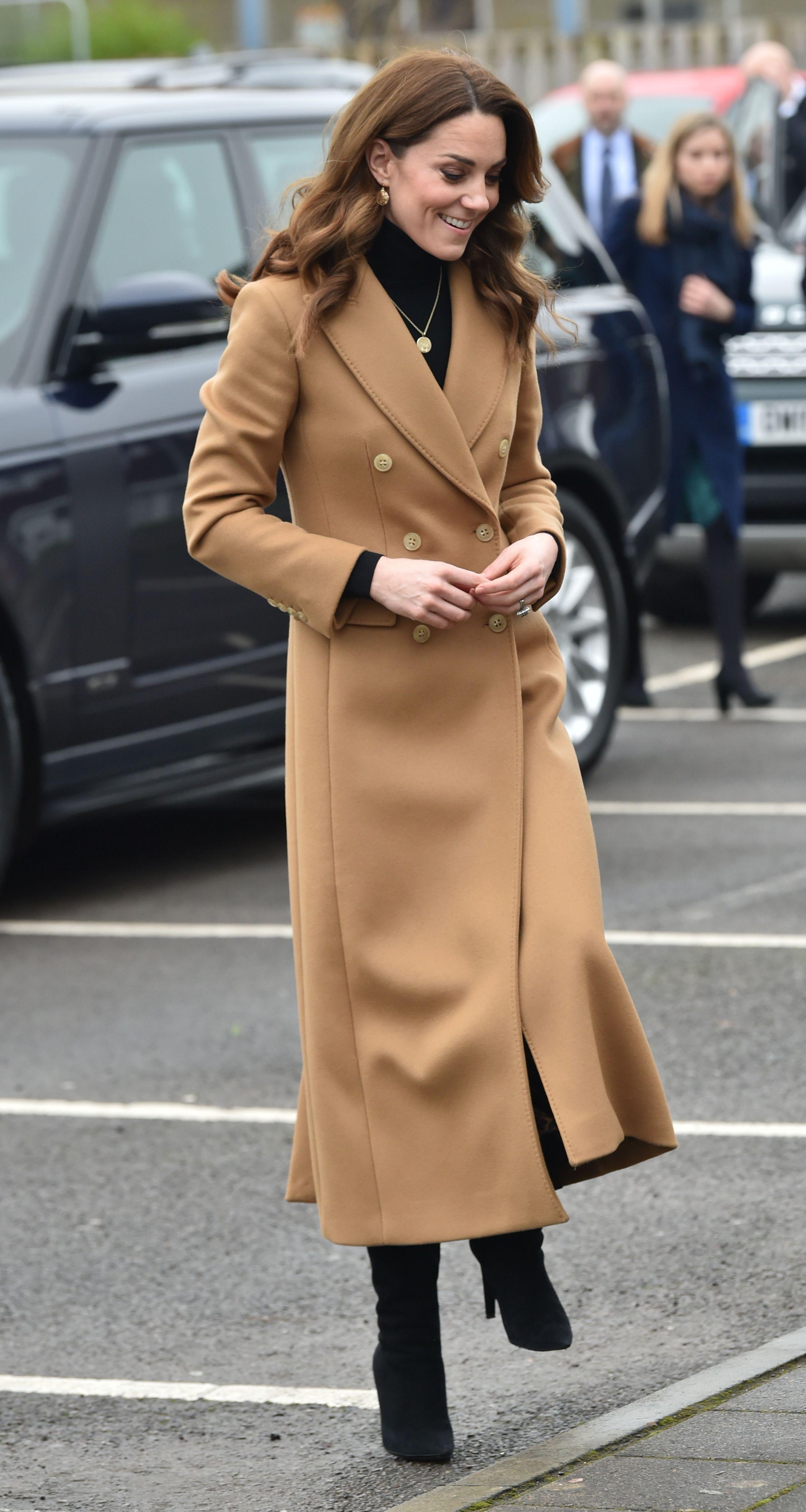 Kate Middleton prošetala u klasičnom kaputu s potpisom high street brenda kojeg vole i domaće fashionistice