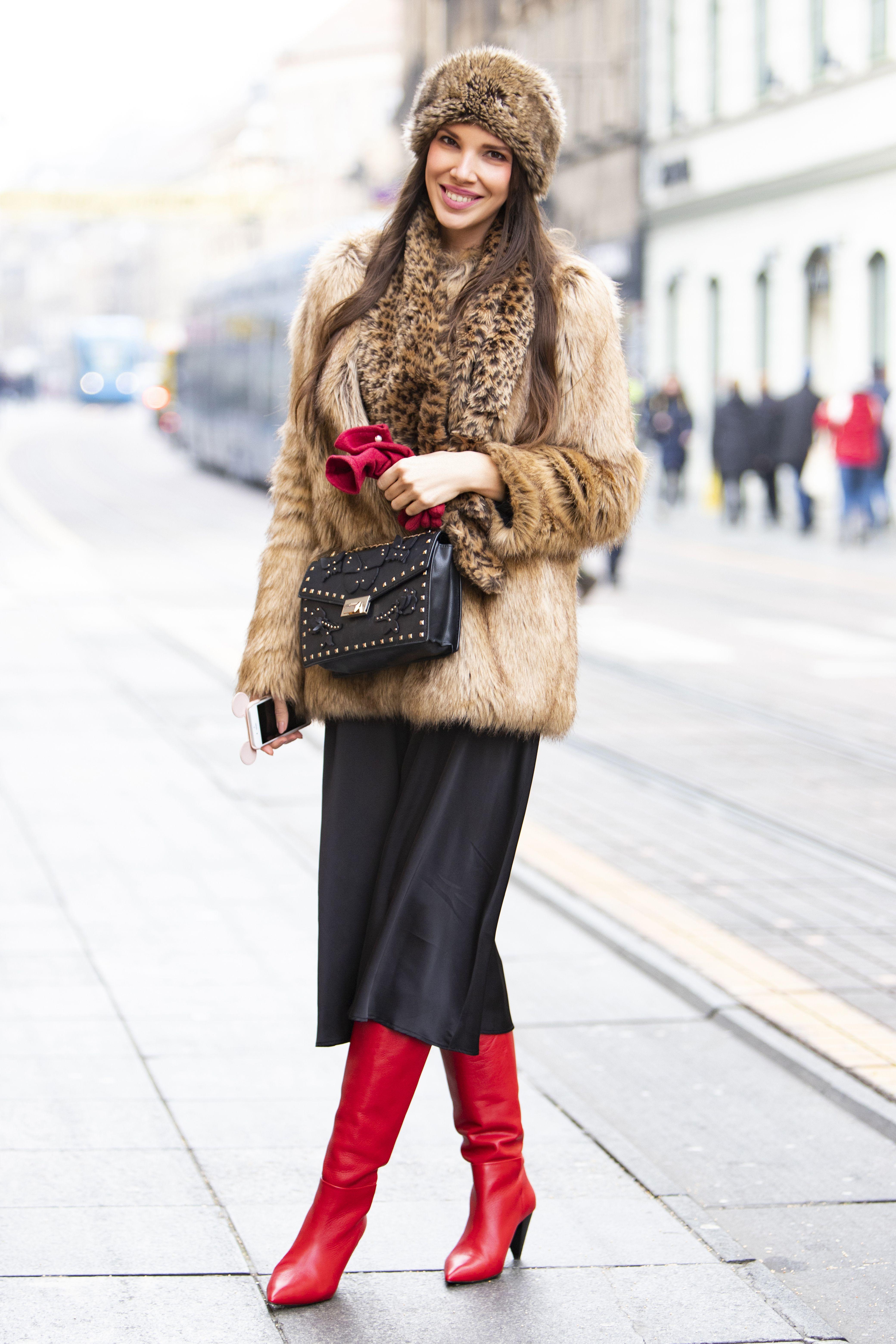 Prekrasan osmijeh, upečatljive čizme i pomaknuta elegancija: Divna brineta ukrala pozornost zagrebačkim prolaznicima