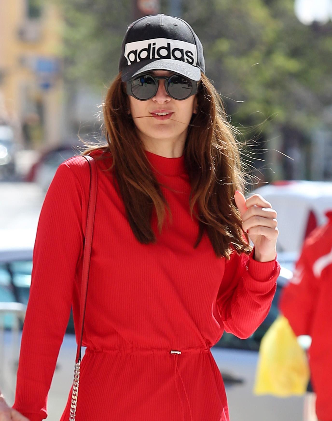 Ljepotica u vatrenoj crvenoj haljini ukrala poglede na šibenskim ulicama