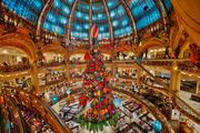 Pogledajte kako izgleda poznata pariška robna kuća Galeries Lafayette u božićnom ruhu