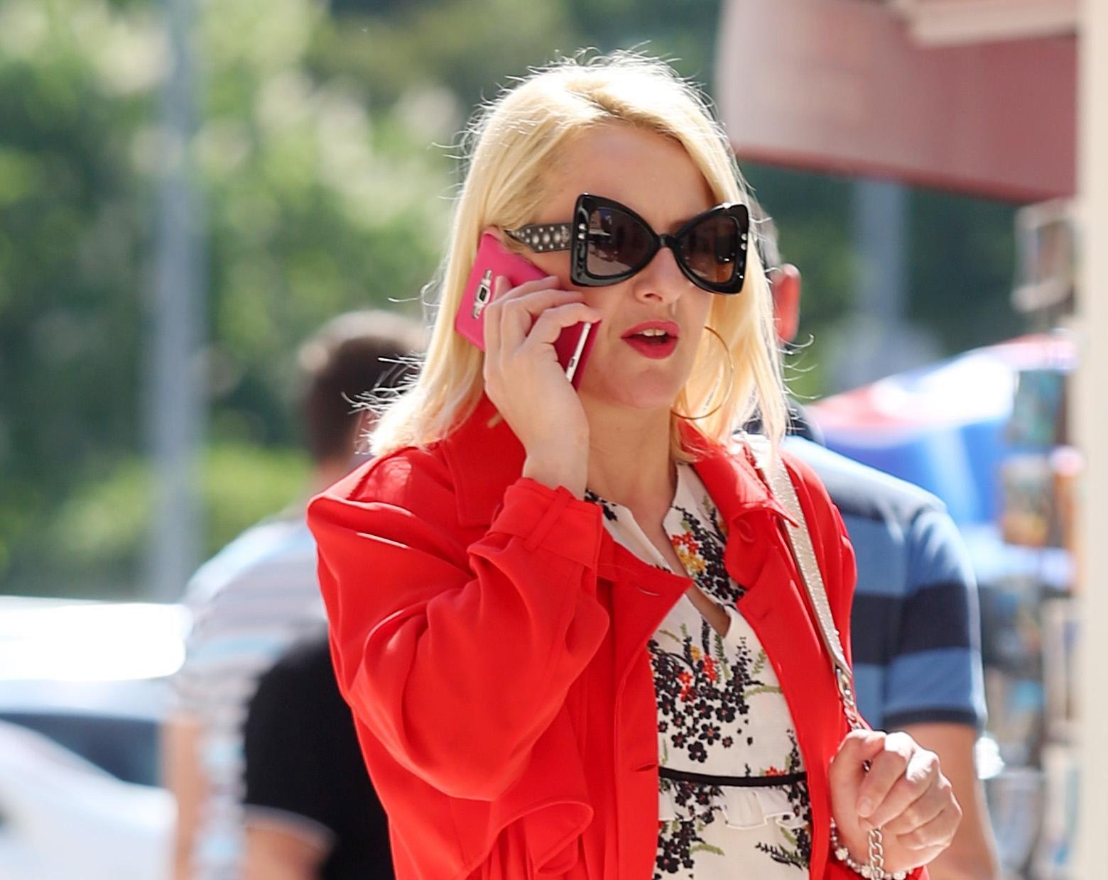 Neobične naočale i zavodljiv crveni komad - ova plavuša nije mogla proći nezamijećeno