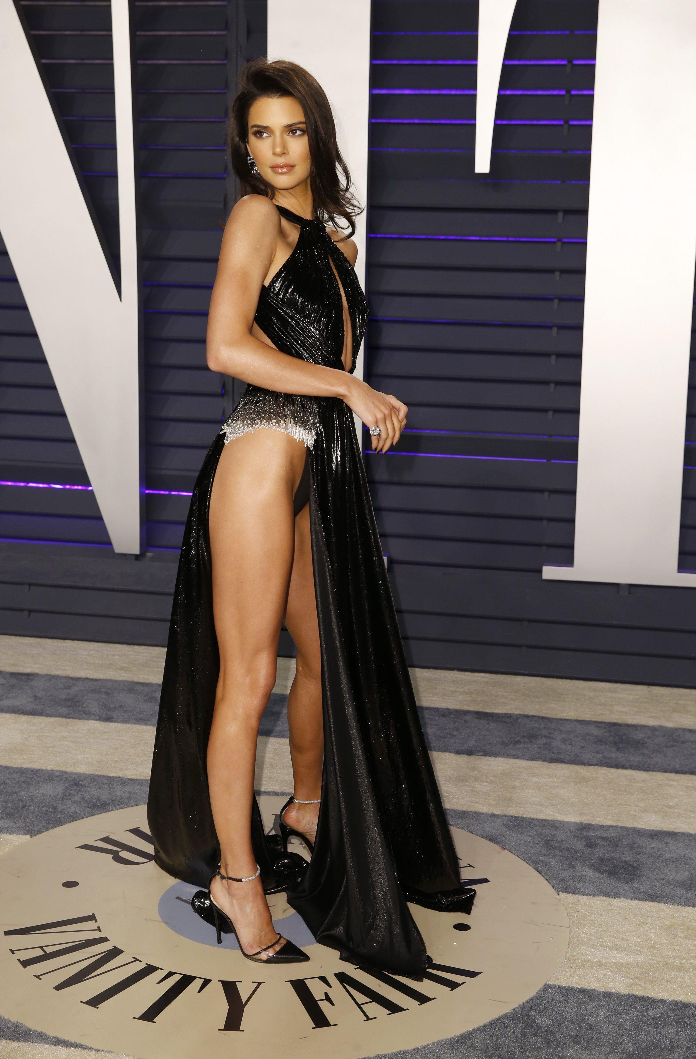 """Malo tog prepustila mašti: Kendall Jenner u svom stilu nosi haljinu koja """"ne dopušta"""" donje rublje"""