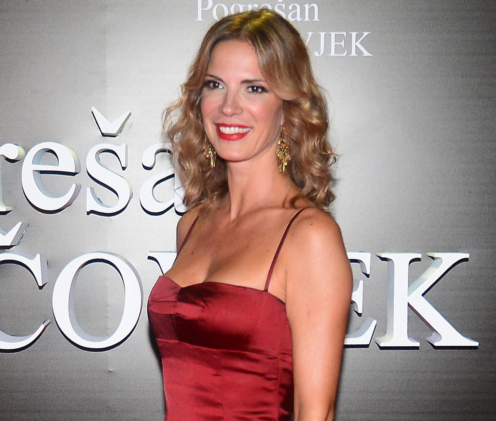 Wow! Bojana Gregorić apsolutno ostavlja bez daha u satenskoj crvenoj haljini