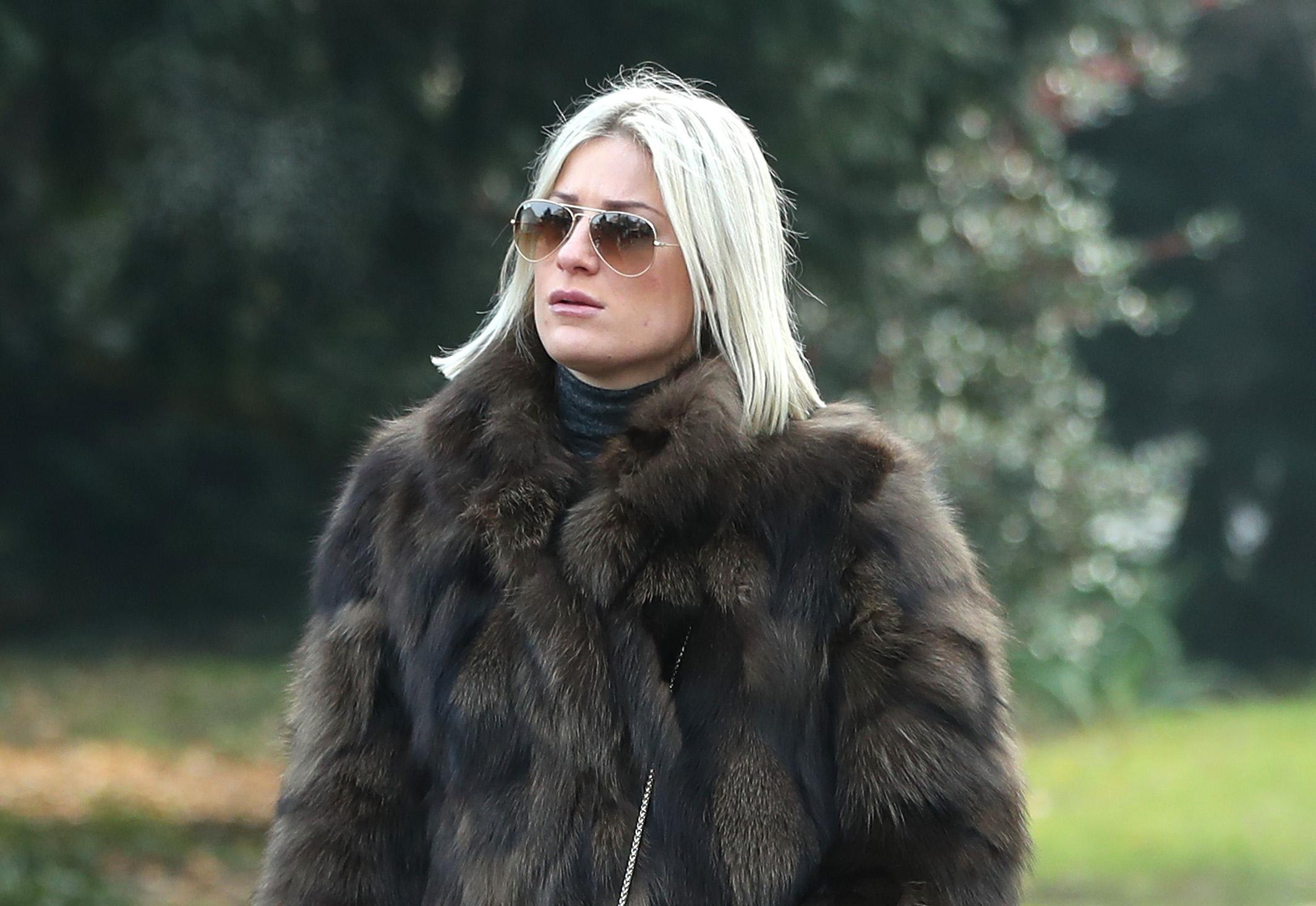 Lijepa plavuša ima modnu formulu za trendi kombinaciju u kojoj nema zime