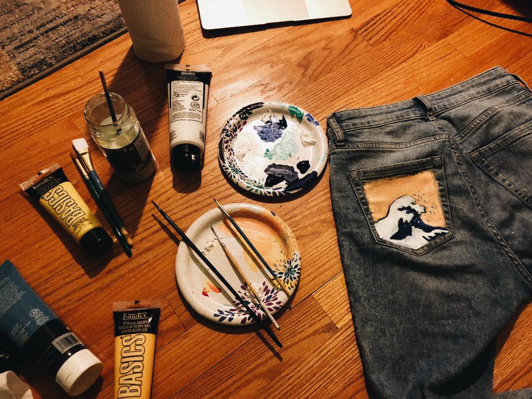 Viralni trend na društvenim mrežama: Oslikajte stražnji džep na trapericama!