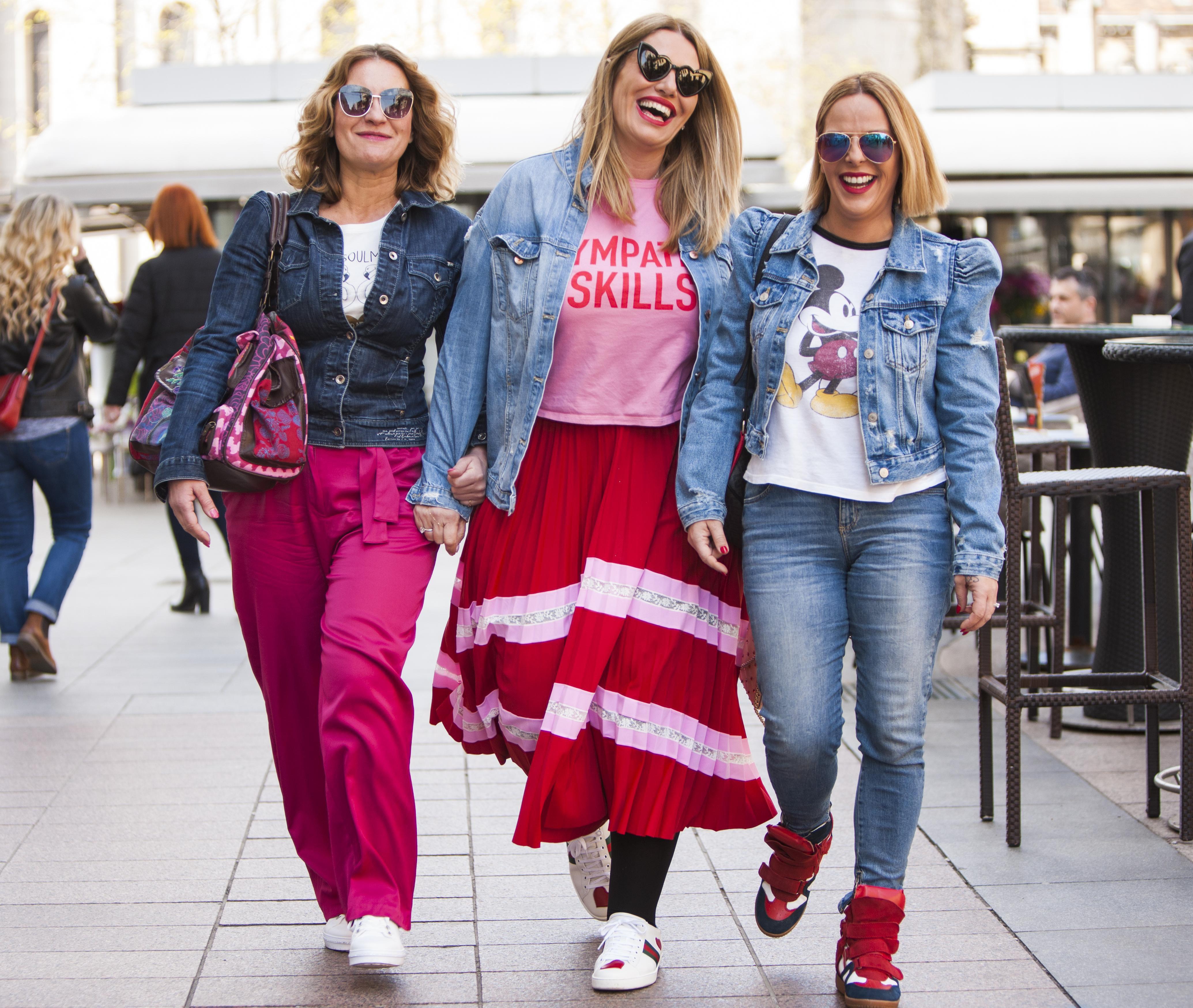 Trendi od glave do pete: Nasmiješena Iva Balent prošetala gradom u društvu prijateljica