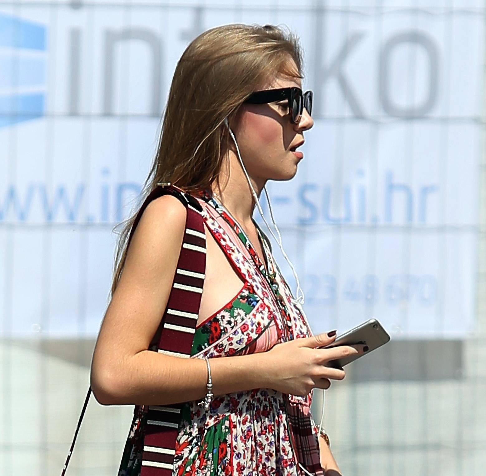Pogledajte styling ove ljepotice: Ne možemo odlučiti je li nam ljepša torbica ili haljina!
