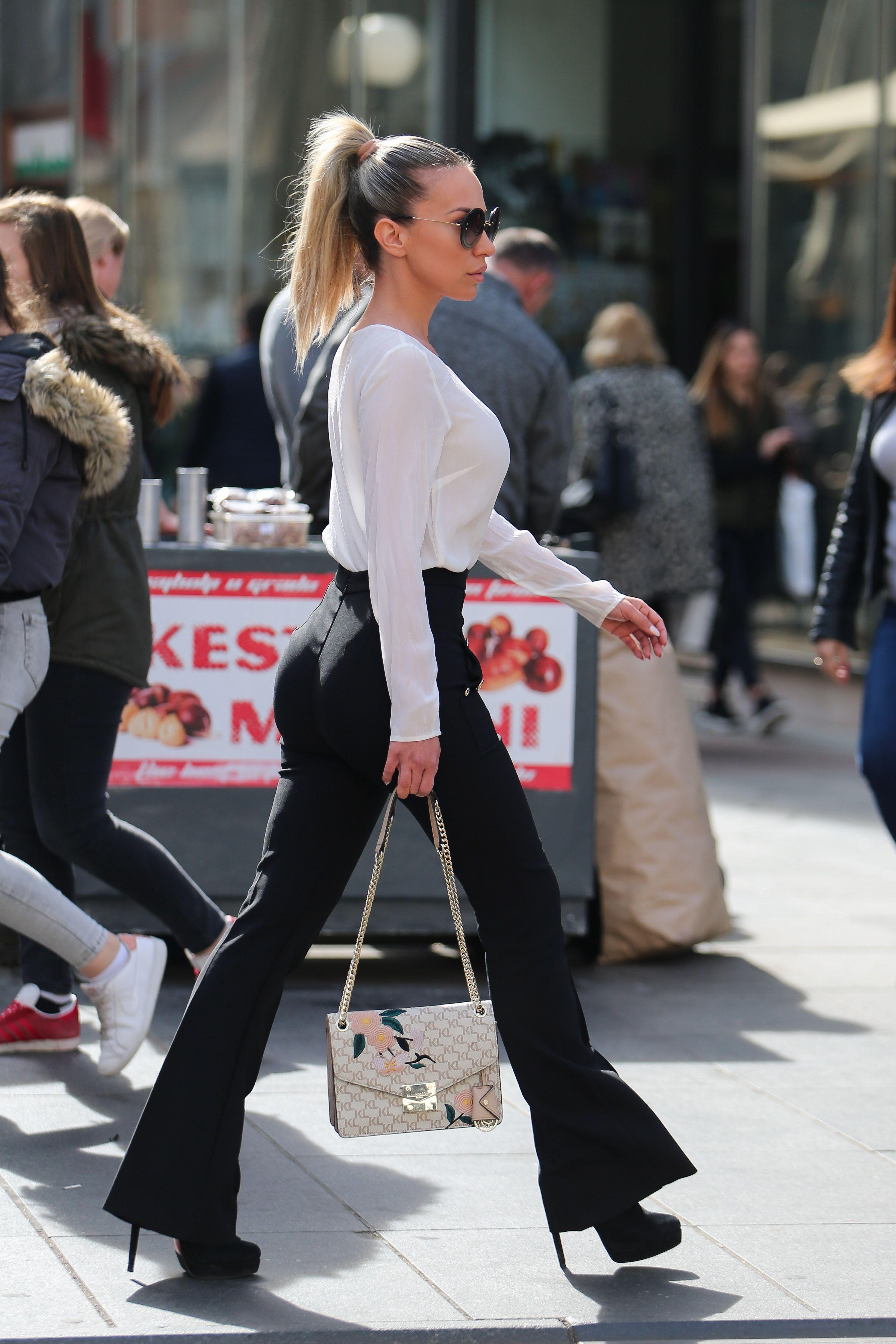 Zanosna plavuša nosi omražene hlače, no stvarno joj pristaju fantastično!