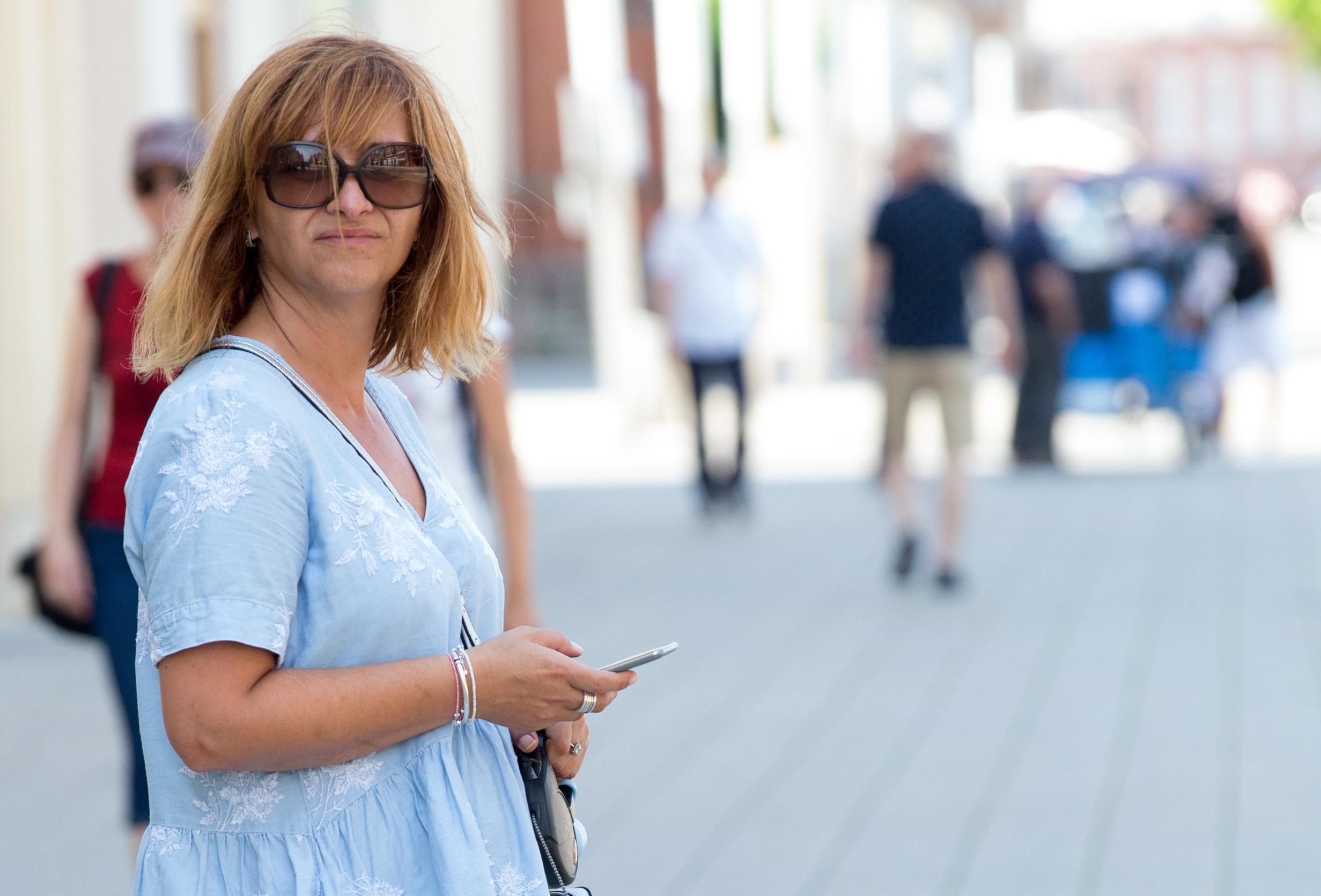 Šarmantna gospođa prošetala gradom u super društvu, a njena haljina je divna!