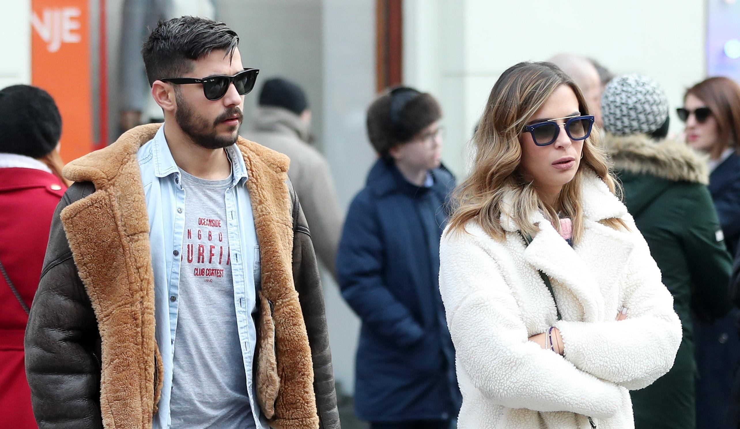 Tip-top od glave do pete: Ona nosi hit čizme sezone, dok se on odlučio za najpopularniju jaknu