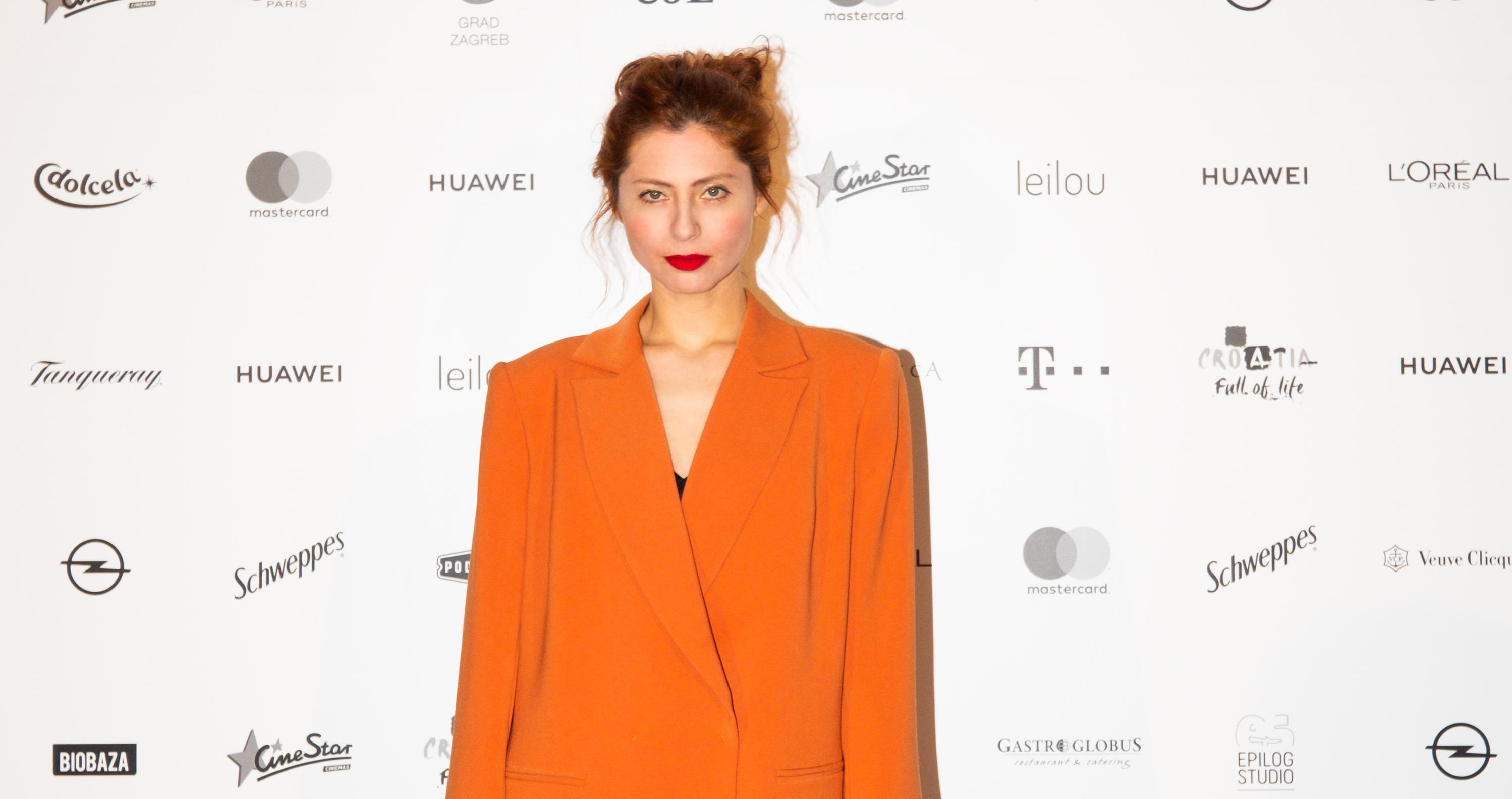 """Glumica Judita Franković izgleda fantastično u """"prevelikom"""" narančastom odijelu"""