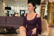 Nina Badrić istaknula vitku figuru u pripijenoj haljini, a nosi i hit torbicu
